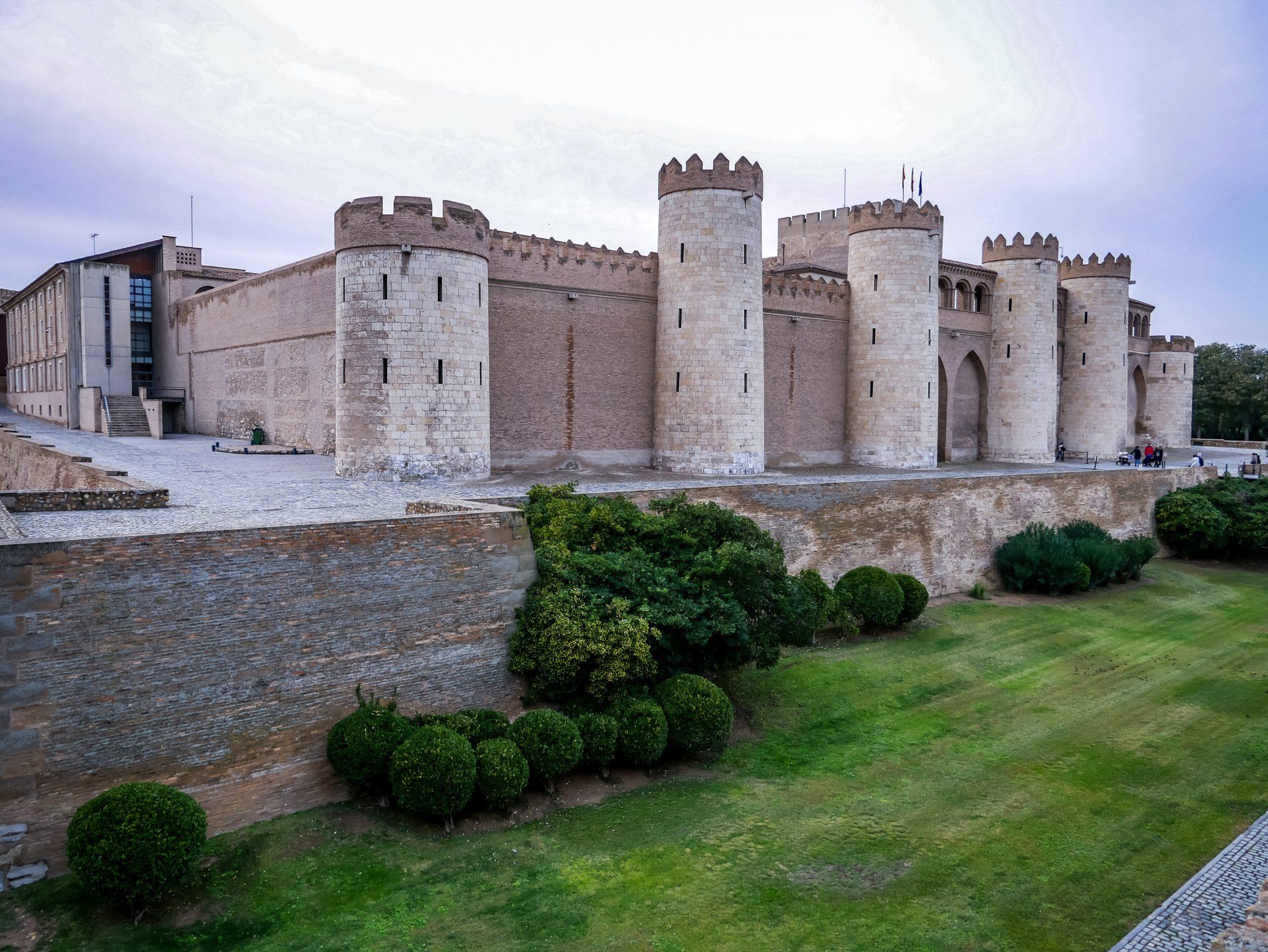 Der Stadtpalast Aljafería ist eines der bedeutendsten Denkmäler der spanisch-islamischen Architektur des 11. Jahrhunderts.