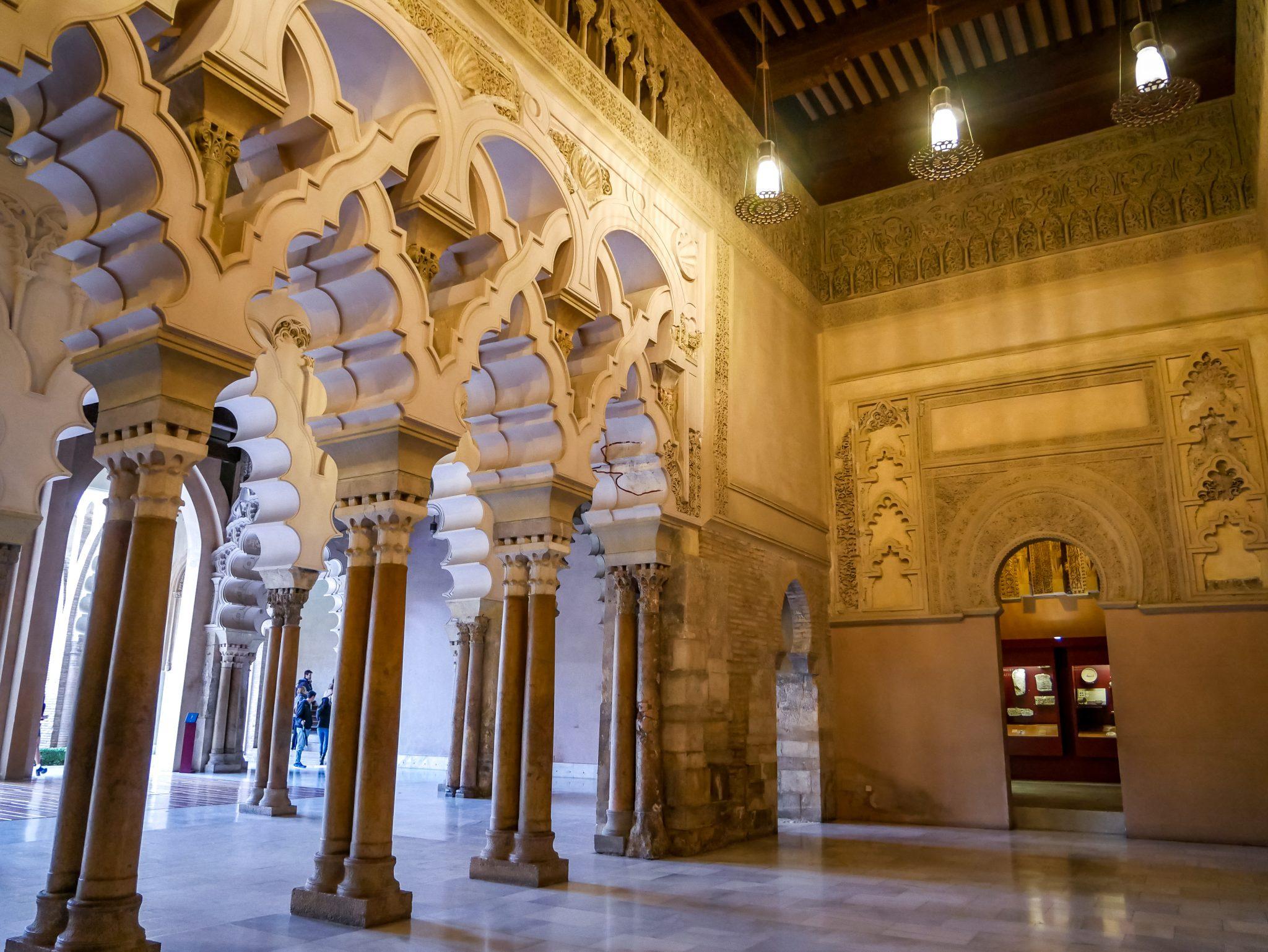 Es werden durch den Stadtpalast Aljafería kostenlose Führungen auf Spanisch angeboten, welche zu festen Uhrzeiten stattfinden.