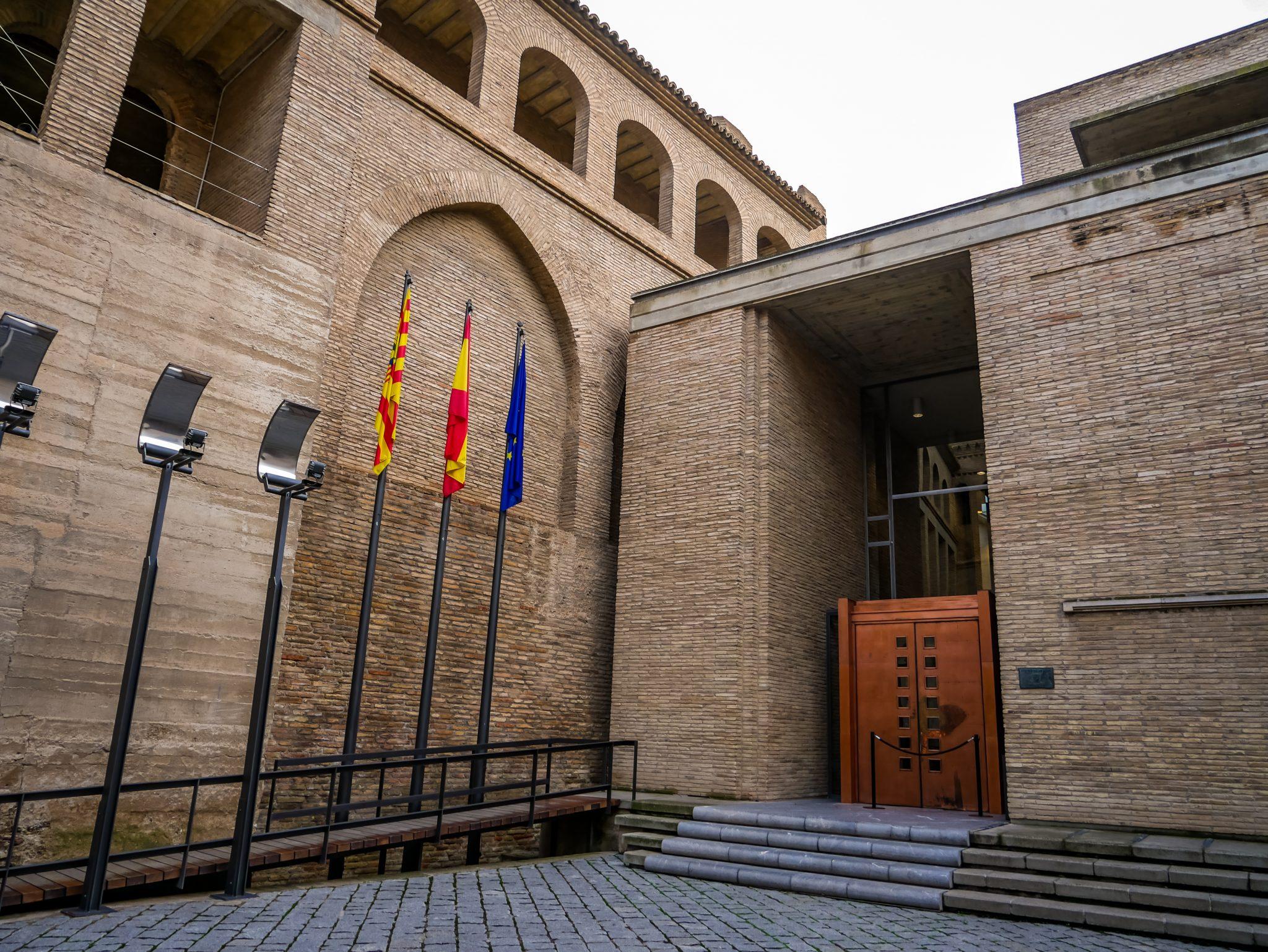 Das aragonesische Regionalparlament befindet sich seit 1987 ebenfalls im Stadtpalast Aljafería.