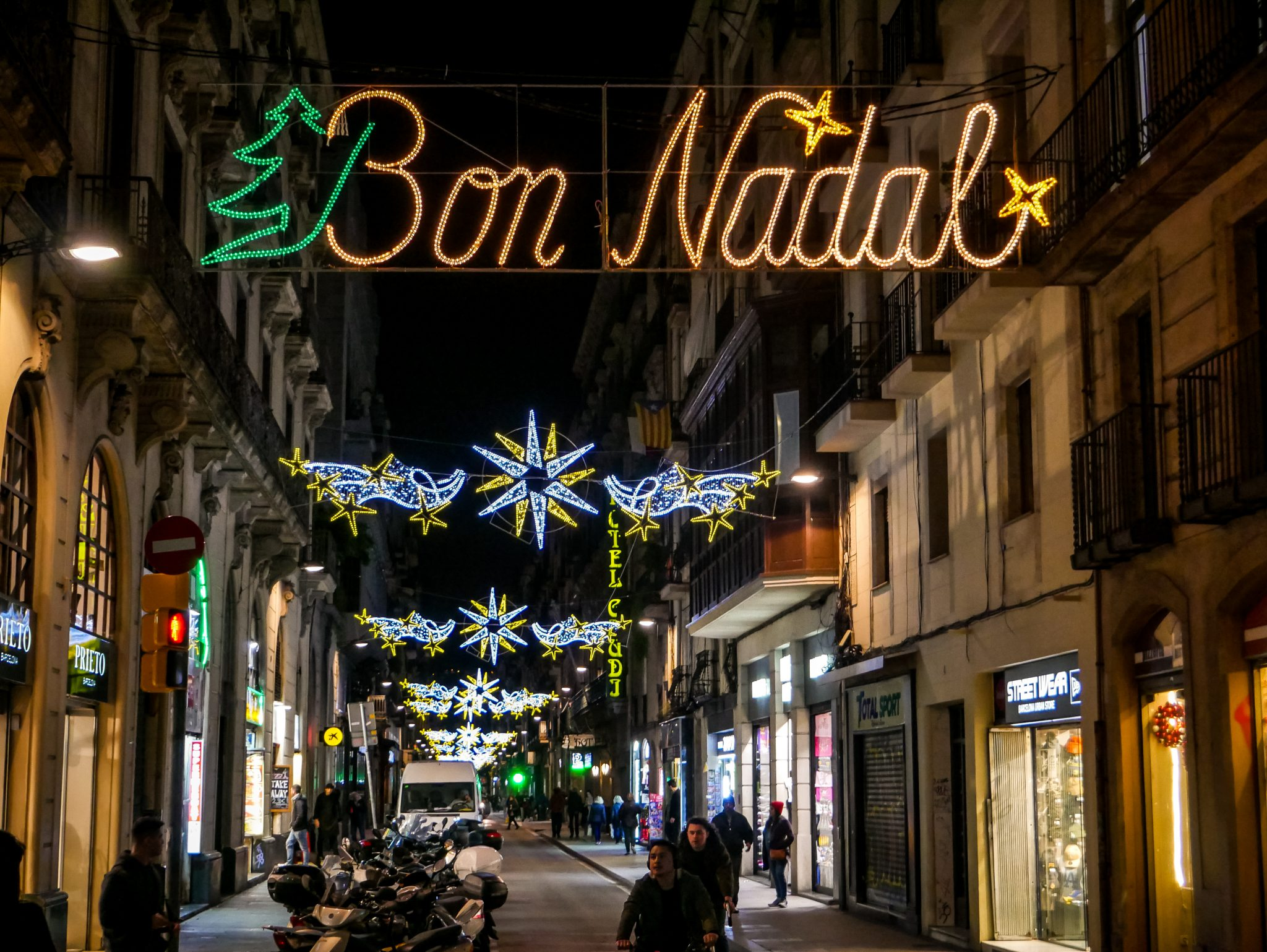 In vielen kleinen Gassen des gotischen Viertels kannst du ebenfalls wunderschöne Weihnachtsdekoration finden.