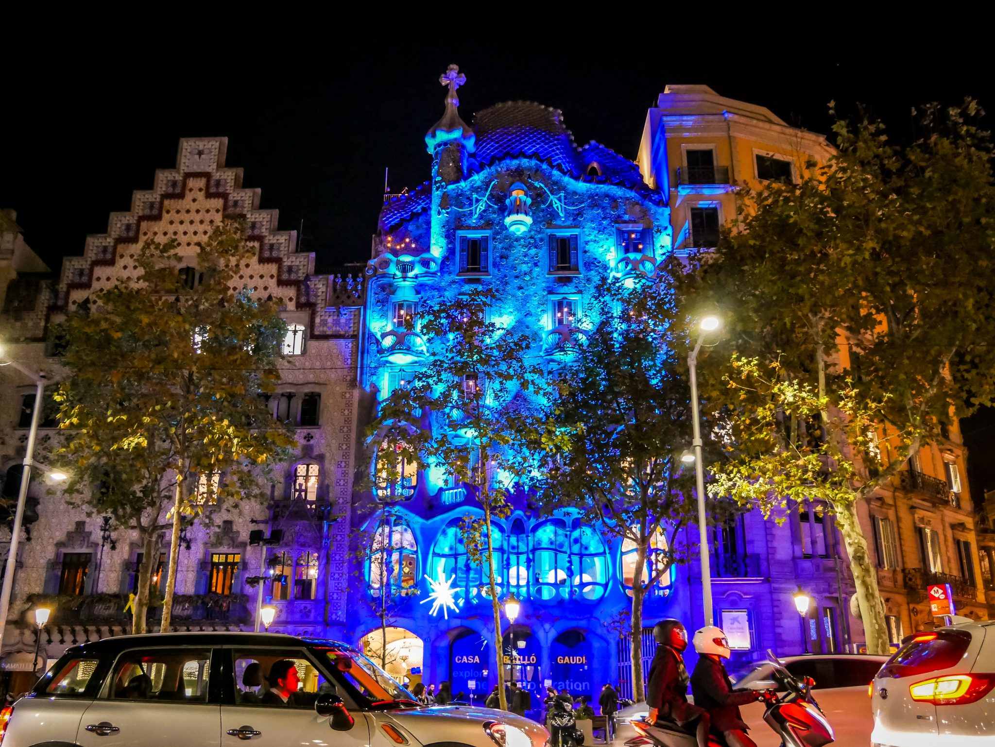 Wunderschön angestrahlt.... Casa Battló am Passeig de Gràcia.
