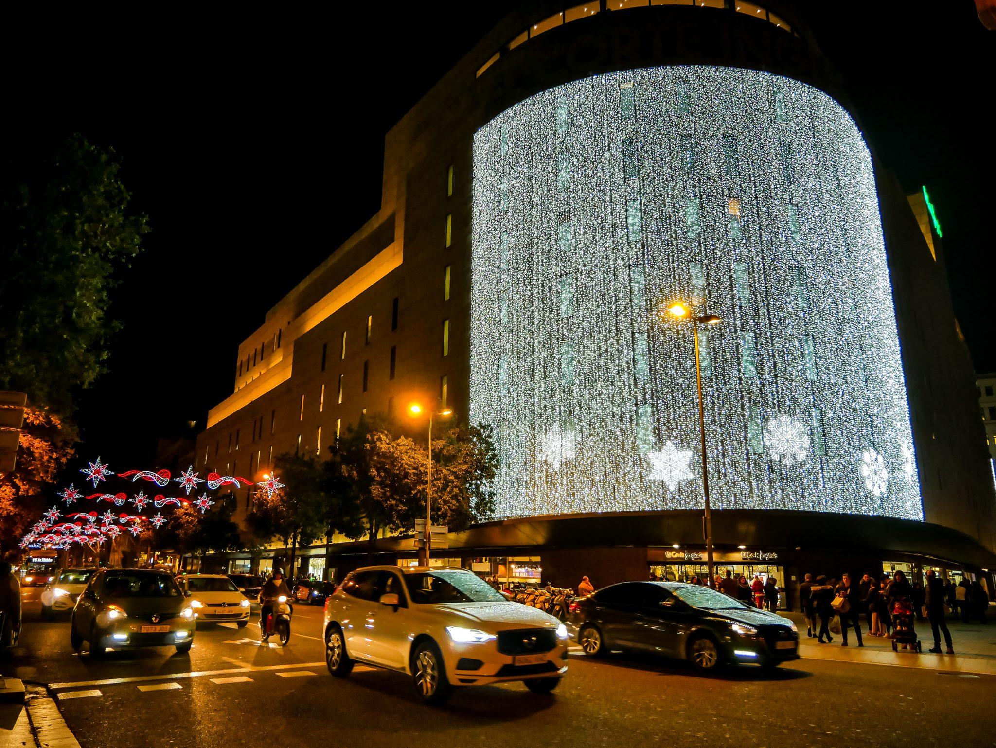 """Das Kaufhaus """"el Corte ingles"""" hat höchstwahrscheinlich die strahlendste Weihnachtsbeleuchtung in ganz Barcelona. Wenn man drunter steht, kommt es einem vor, als ob es Tag ist."""
