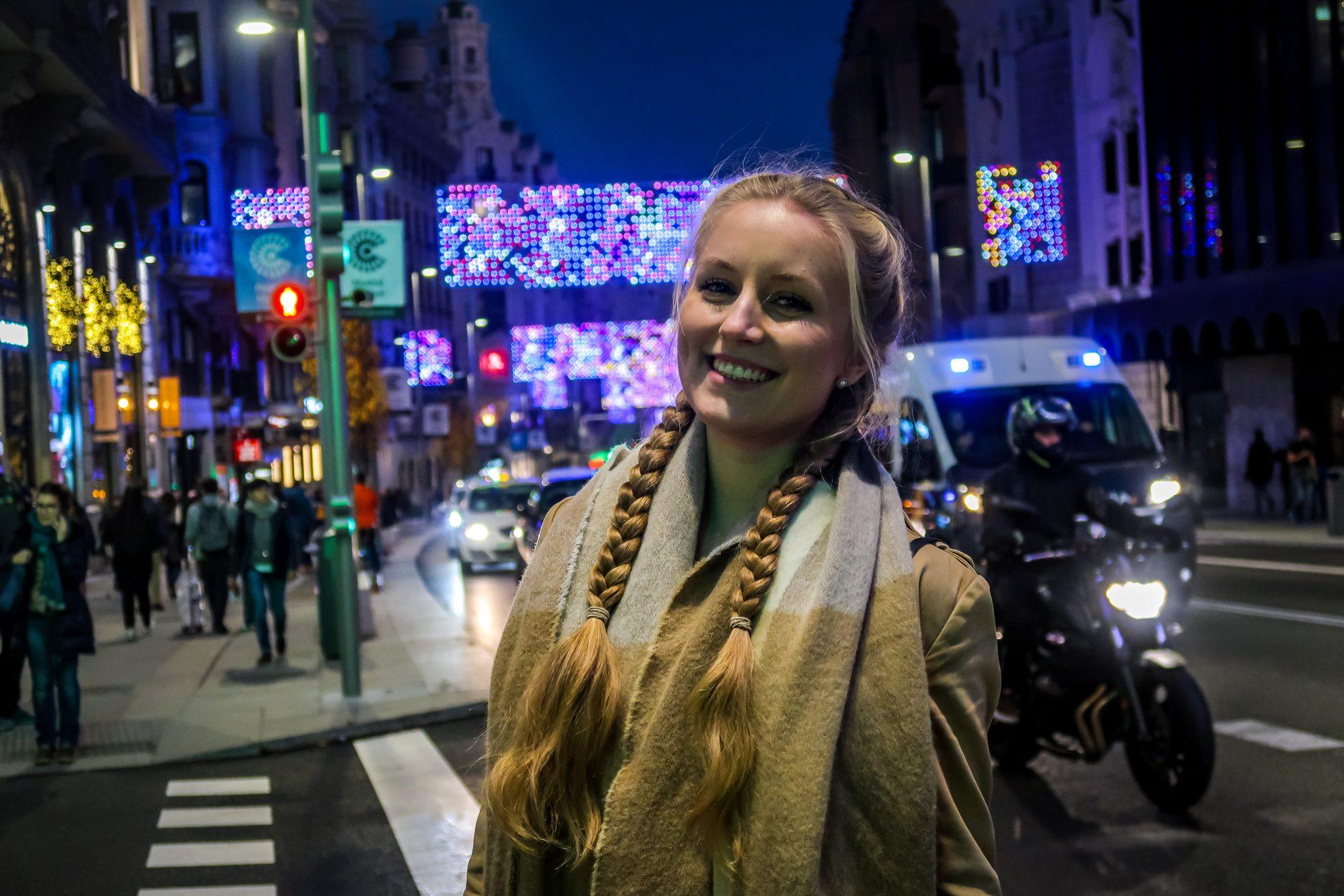 Zur Weihnachtszeit schmückt sich die Stadt besonders heraus und du kannst an allen wichtigen Straßen und Sehenswürdigkeiten eine wunderschöne Weihnachtsbeleuchtung vorfinden.