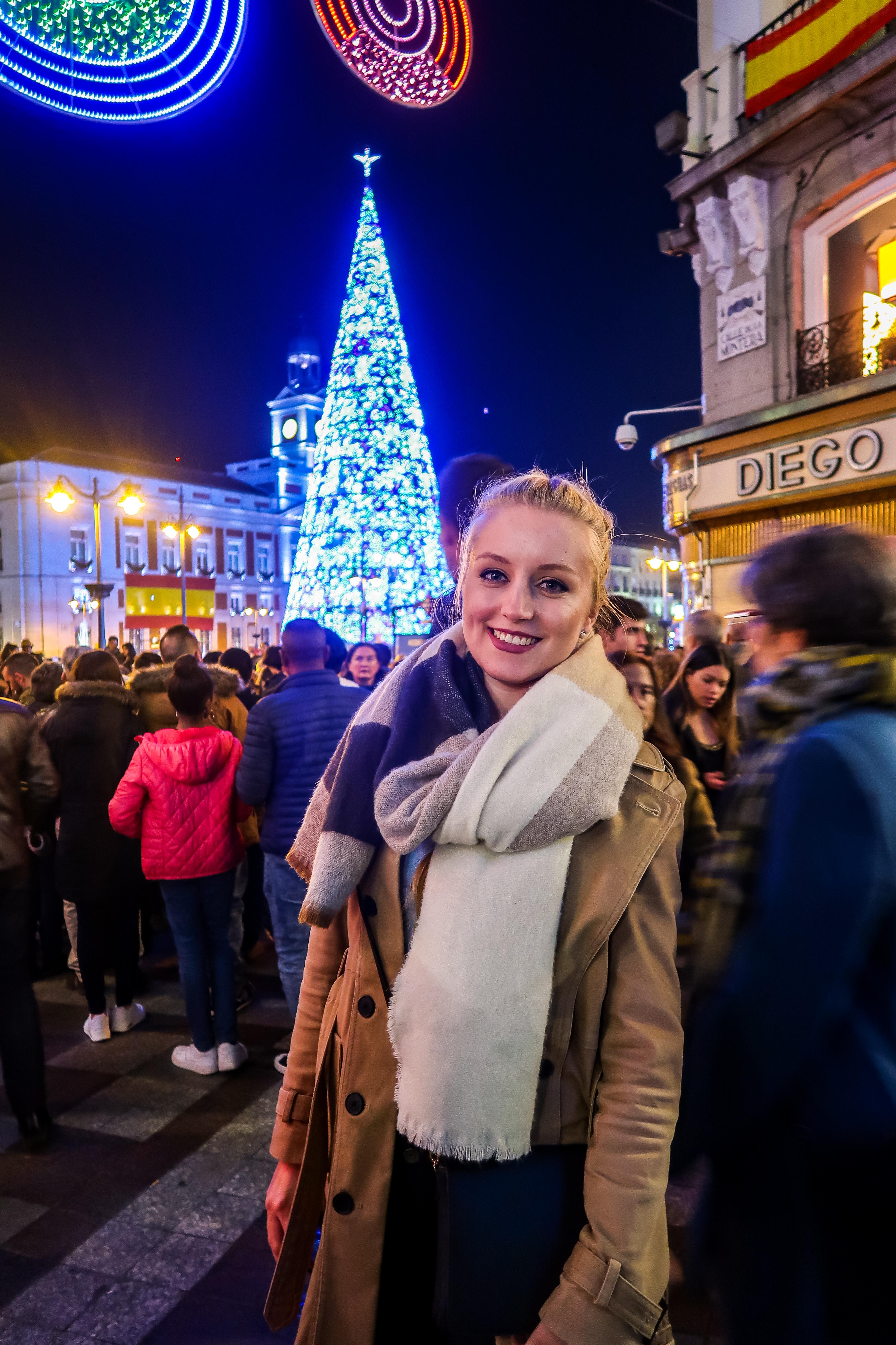 Auf dem Plaza del Sol in Madrid kannst du einen riesigen Weihnachtsbaum vorfinden.