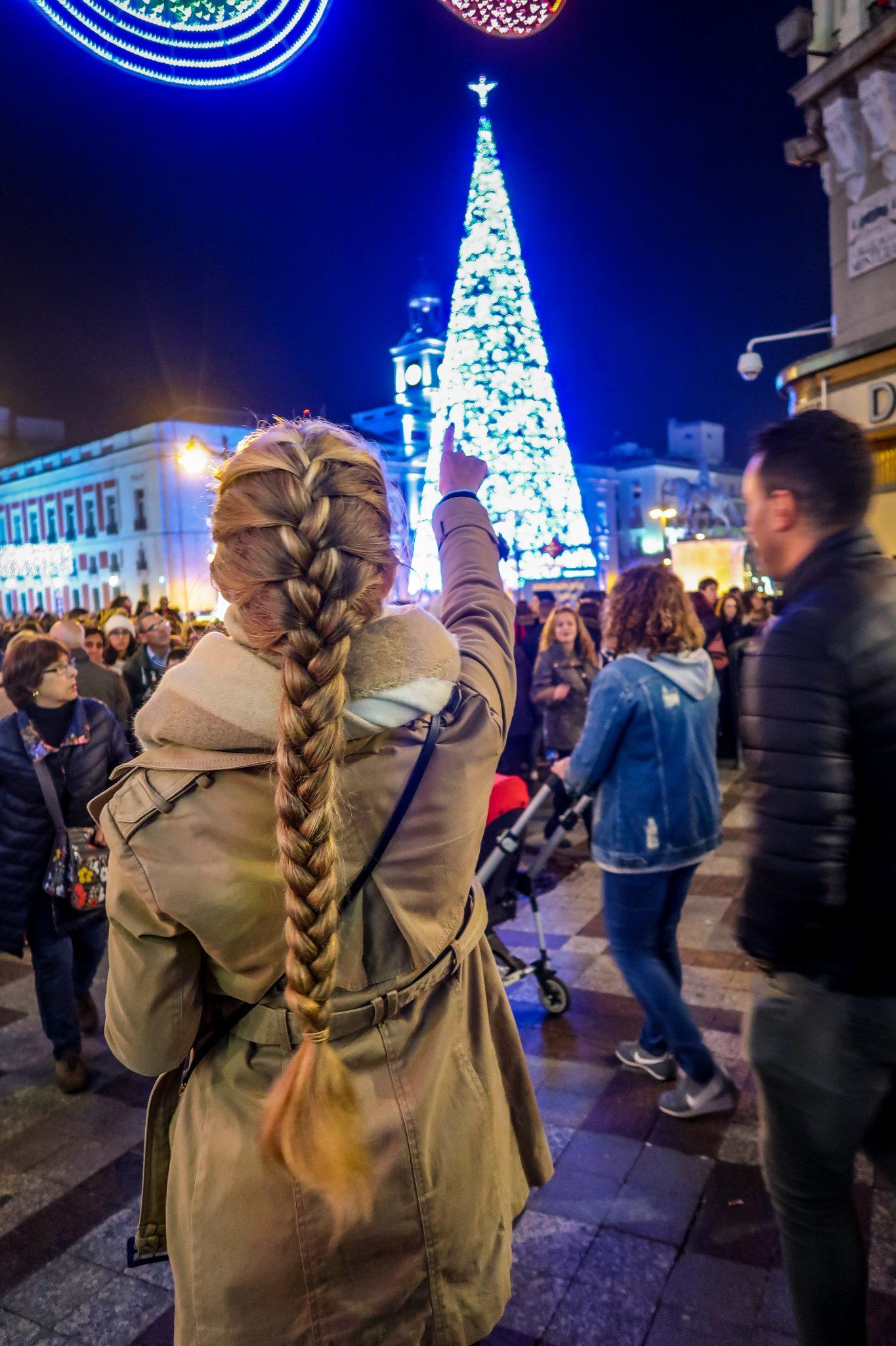 Der riesige Weihnachtsbaum auf dem Plaza del Sol wird von vielen Menschen bewundert.
