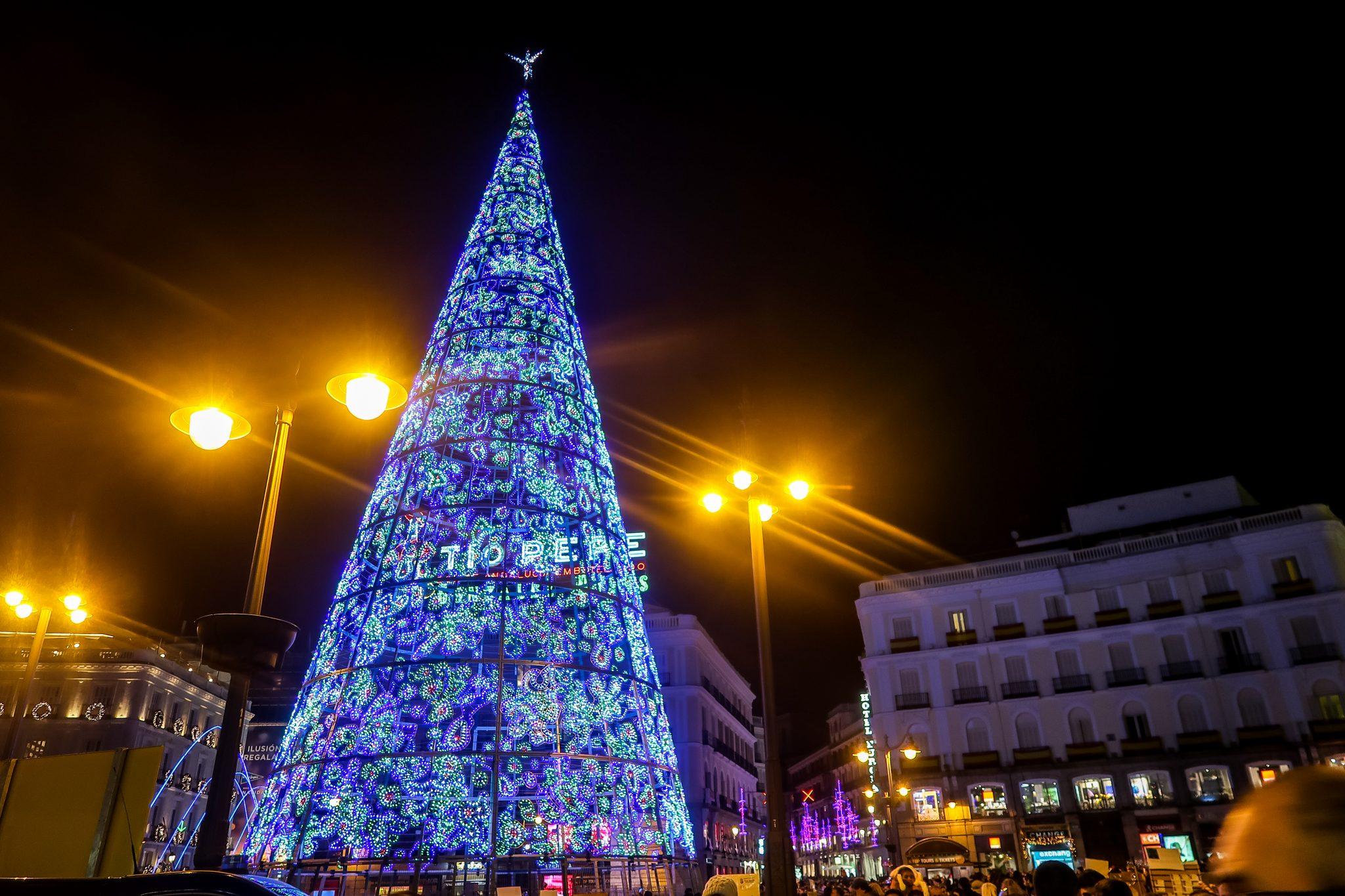 Ich schätze den Weihnachtsbaum am Plaza del Sol in Madrid auf 10 - 15 Meter hoch... und du?