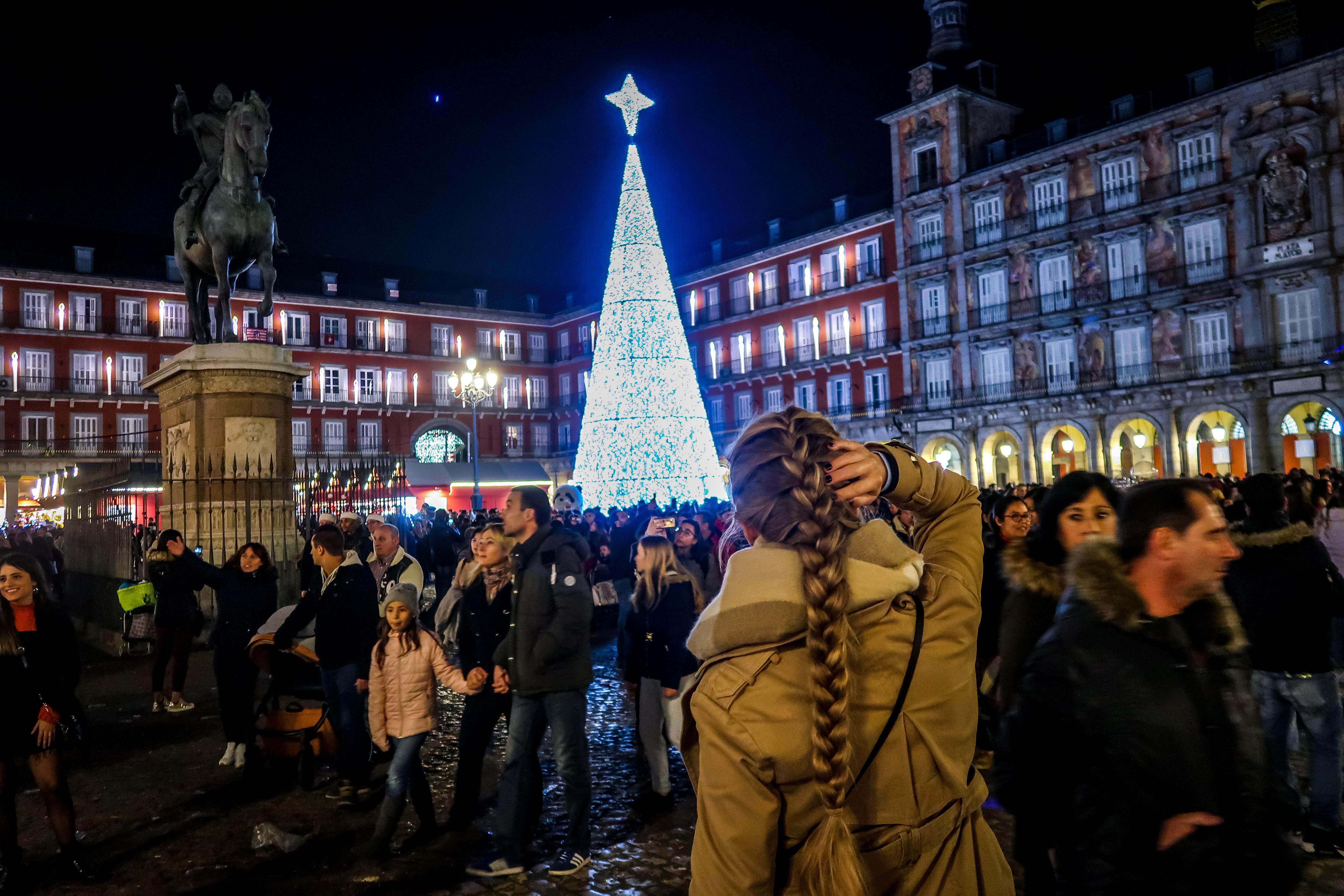 Auch auf dem Plaza Major steht ein großer Weihnachtsbaum und dort kannst du ebenfalls den Weihnachtsmarkt vorfinden.