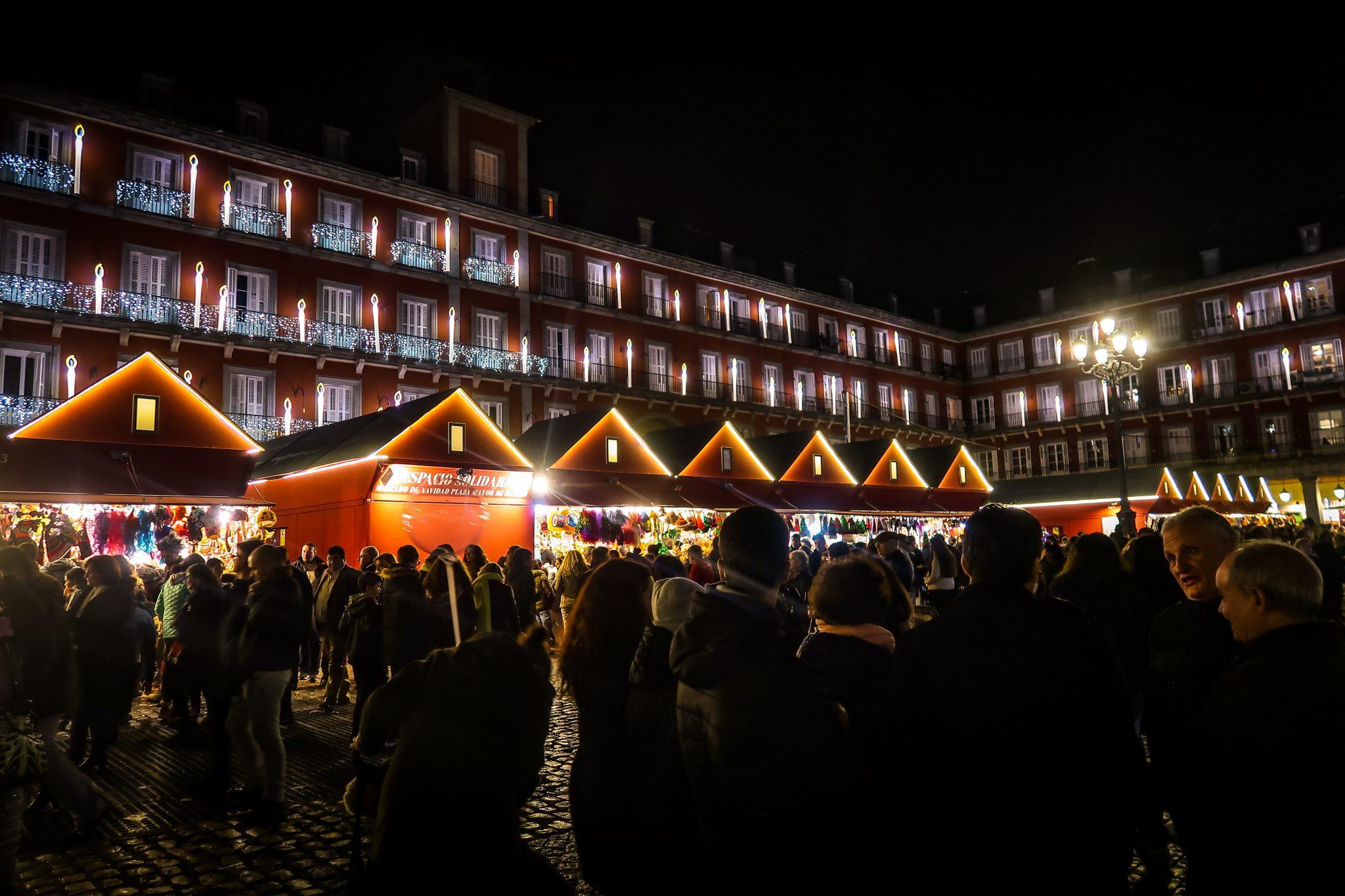 Der Plaza Major ist sowieso ein sehr beliebter Platz, jedoch wird dieser zur Weihnachtszeit noch beliebter, denn dort befindet sich der Weihnachtsmarkt.