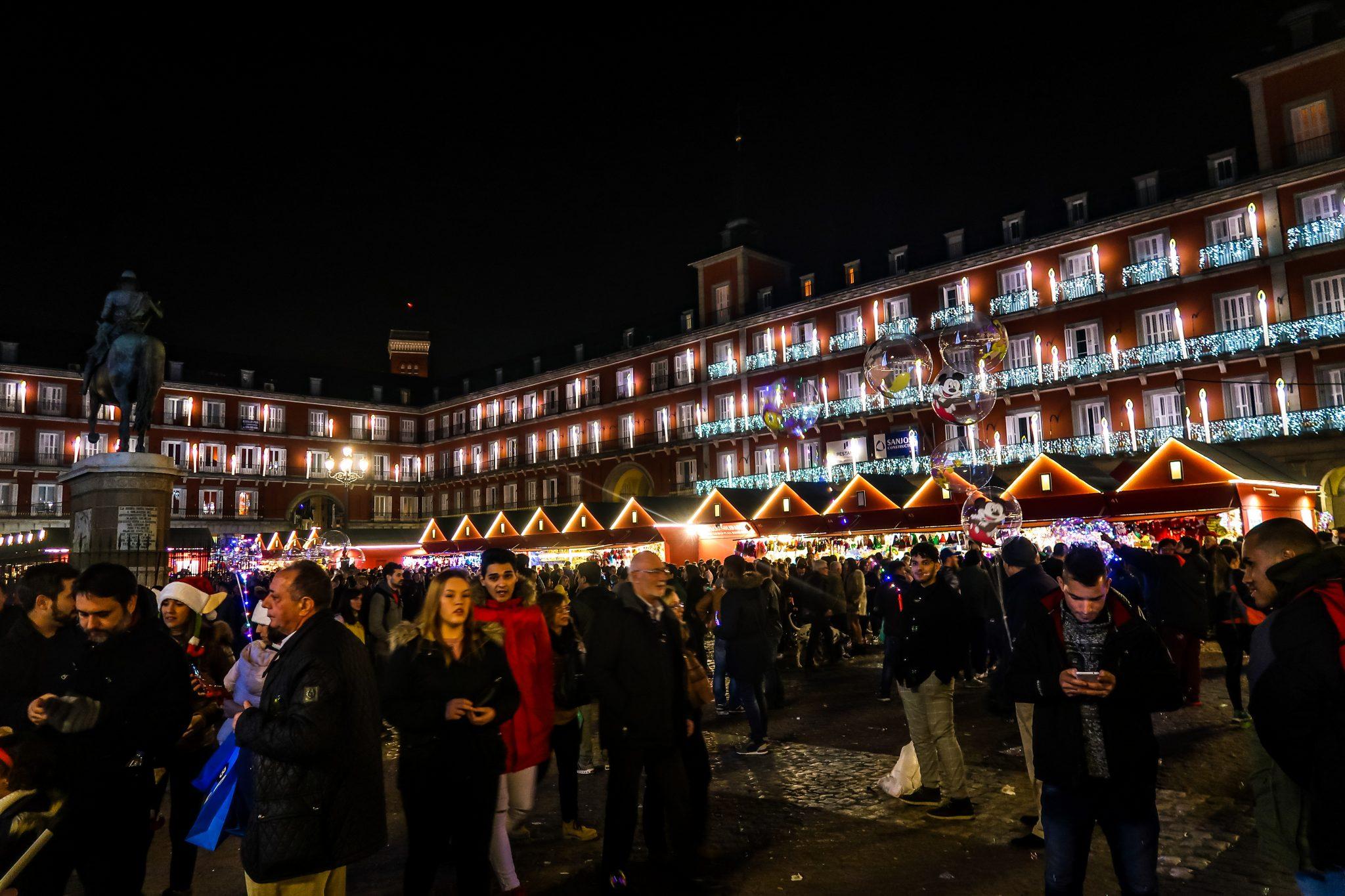 Der Plaza Major verleiht dem Weihnachtsmarkt etwas ganz Besonderes und Episches.