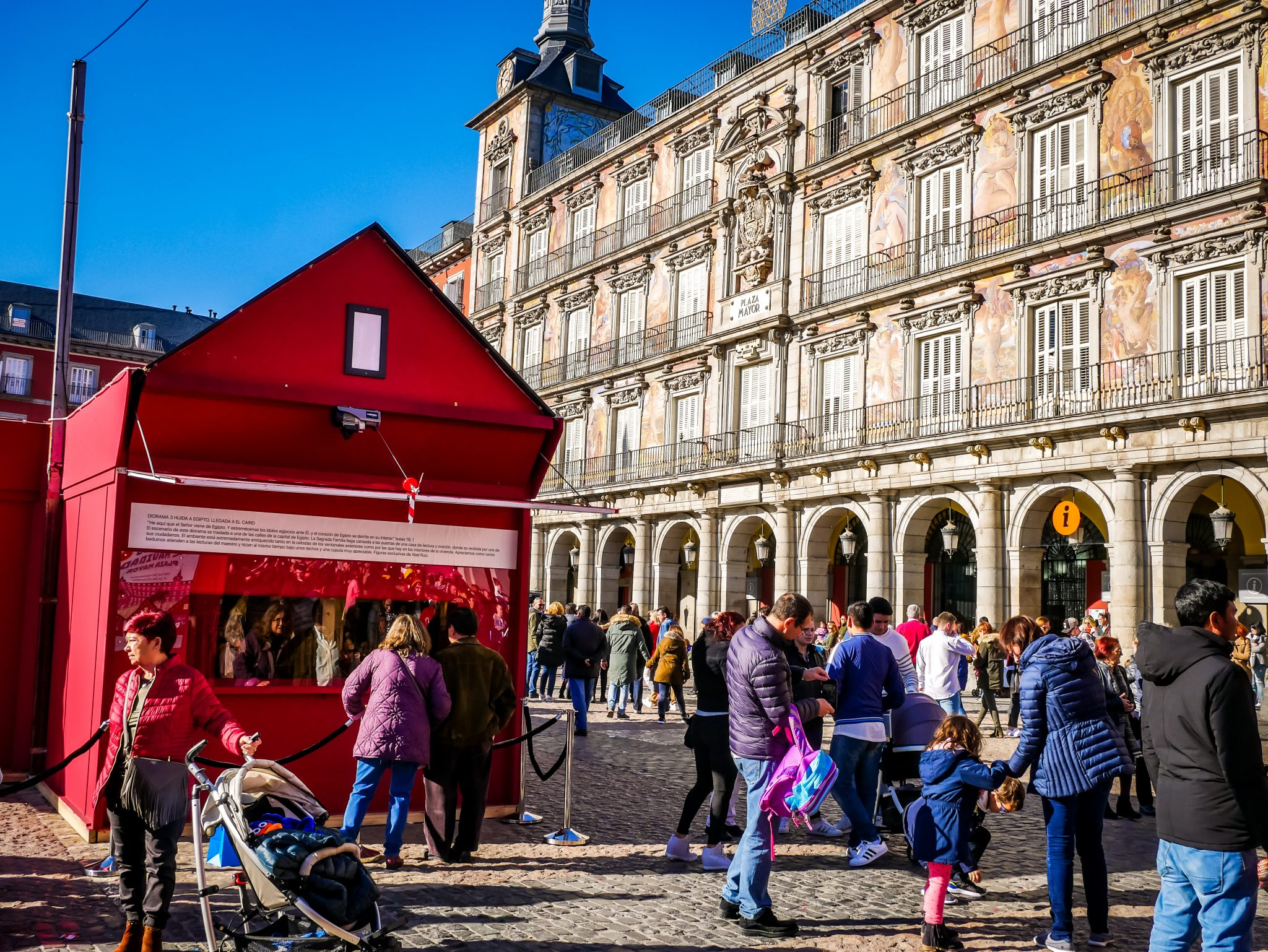 Das historische Gebäude auf dem Plaza Major kommt auch während des Weihnachtsmarktes gut zur Geltung.