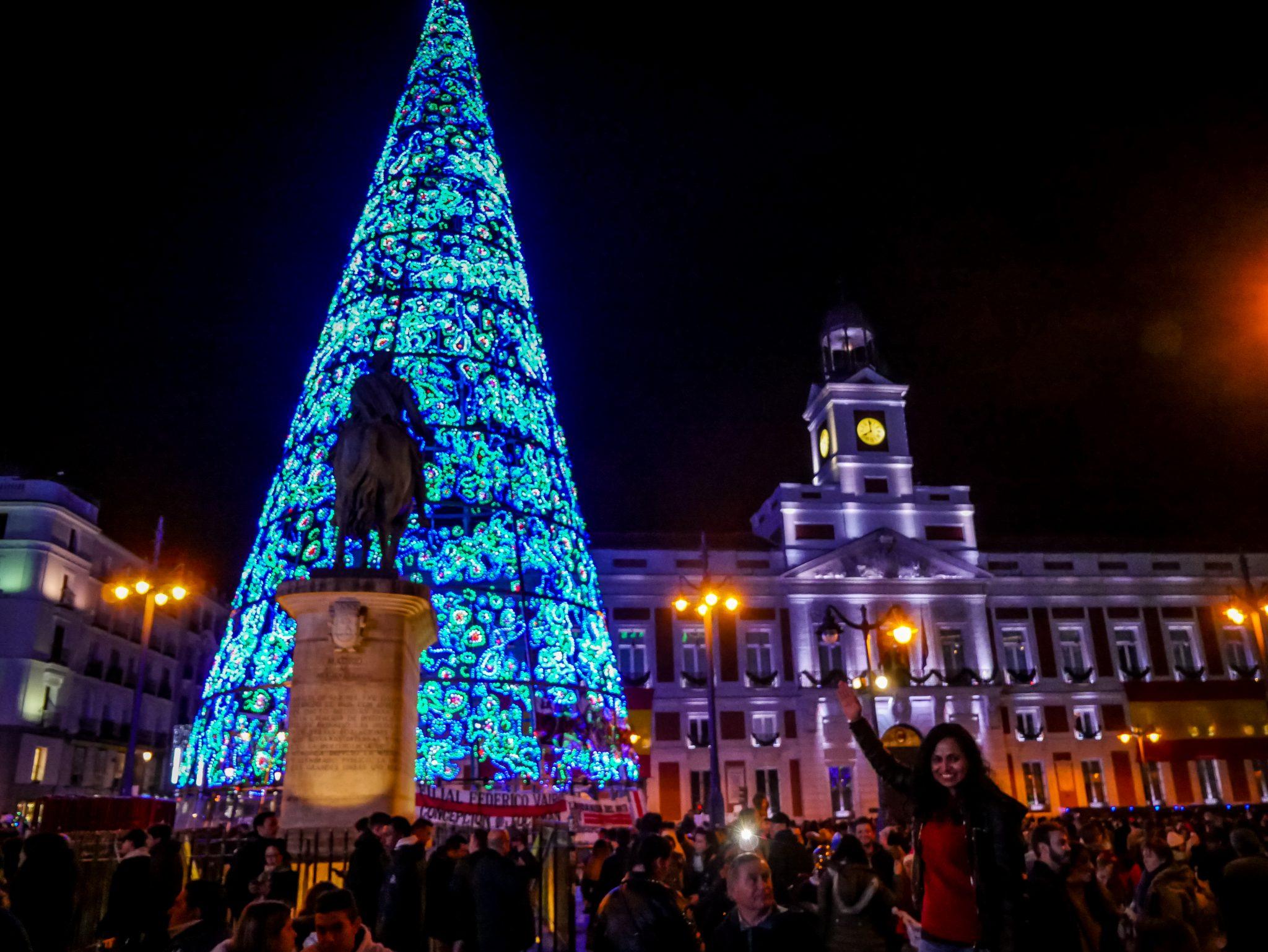 Besonders abends ist der Plaza del Sol komplett überfüllt von Schaulustigen, welche das beste Bild mit dem riesigen Tannenbaum ergattern möchten.