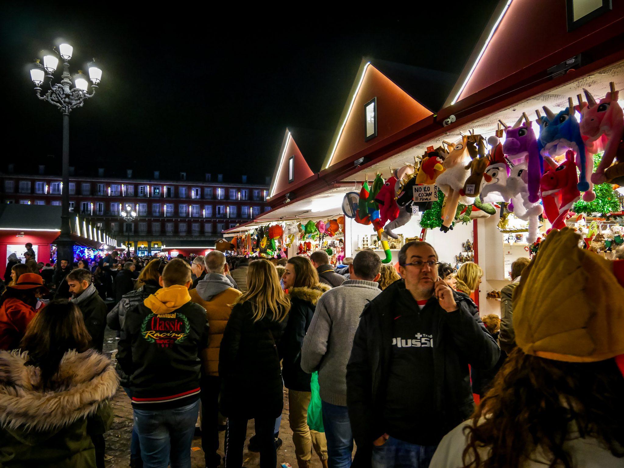Auf dem Weihnachtsmarkt kannst du ganz viele verschiedene Weihnachtsgegenstände kaufen.