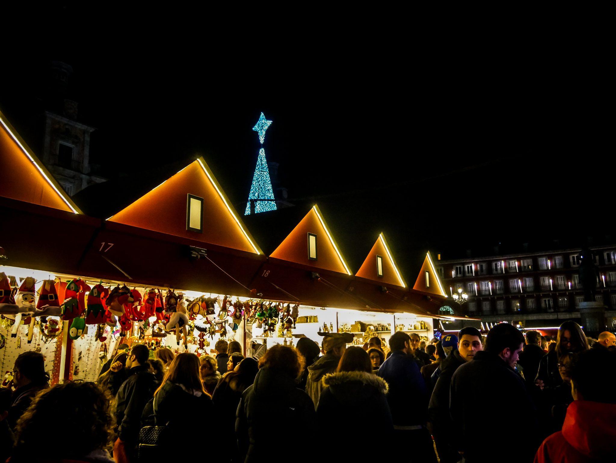 Von dem ganzen Weihnachtsmarkt auf dem Plaza Major aus ist die Spitze des Weihnachtsbaums gut erkennbar.