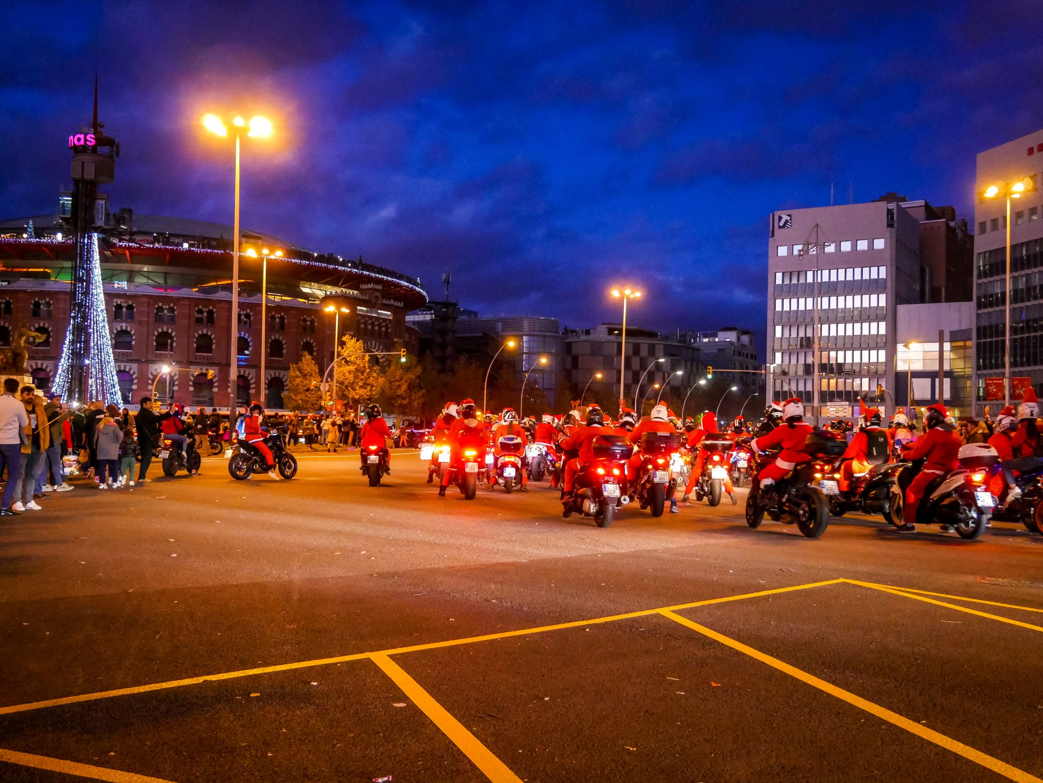 Kurz vor Weihnachten gibt es eine Aktion vom Roten Kreuz (Cruz Roja), an dem 4.000 Weihnachtsmänner (Motorradfahrer, welche Weihnachtsgeschenke für Kinder in Not spenden) durch die Stadt fahren.