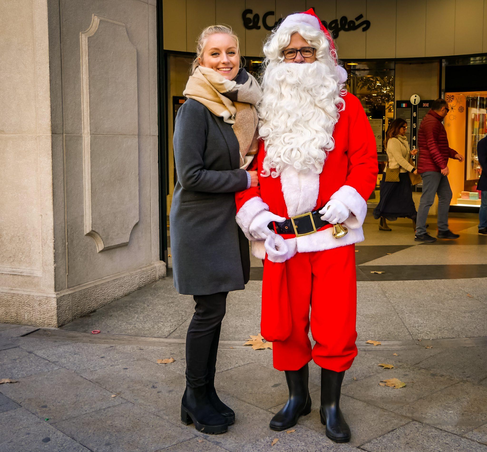 An vielen Kaufhäusern in Barcelona kannst du Weihnachtsmänner vorfinden.