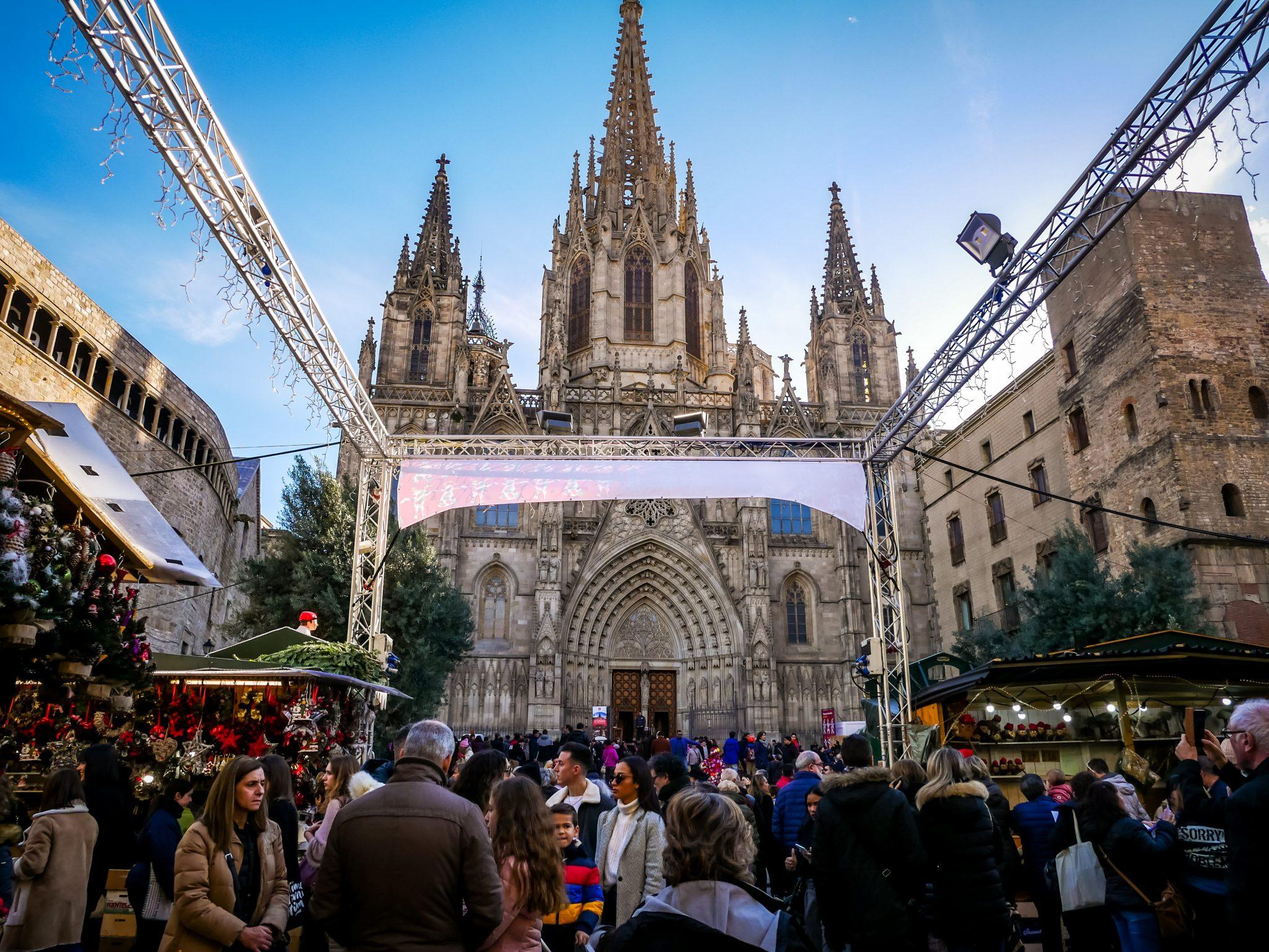 Der größte Weihnachtsmark von Barcelona befindet sich an der Kathedrale.