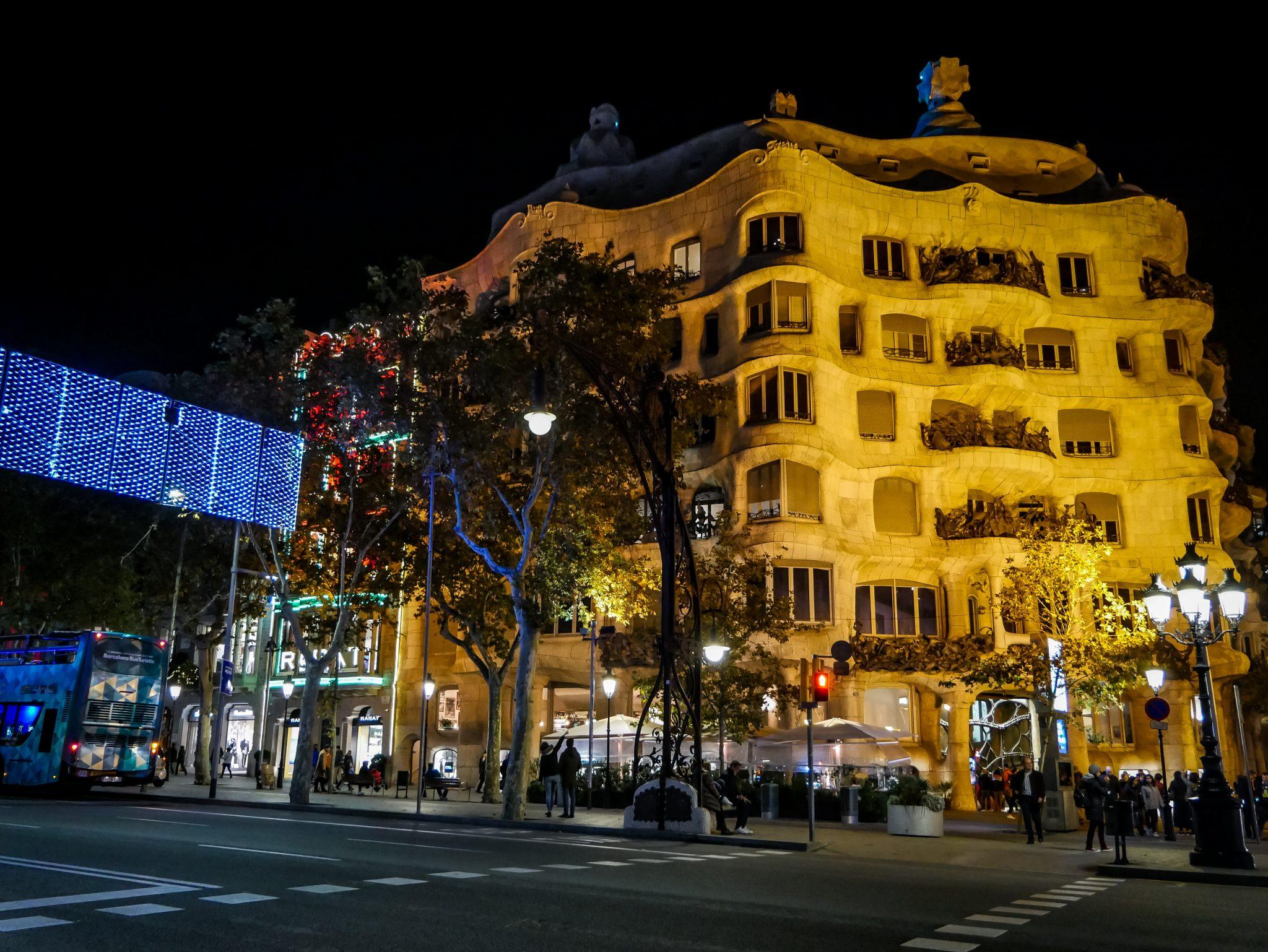 Casa Milà, la pedrera wird auch schön angestrahlt bei Nacht.
