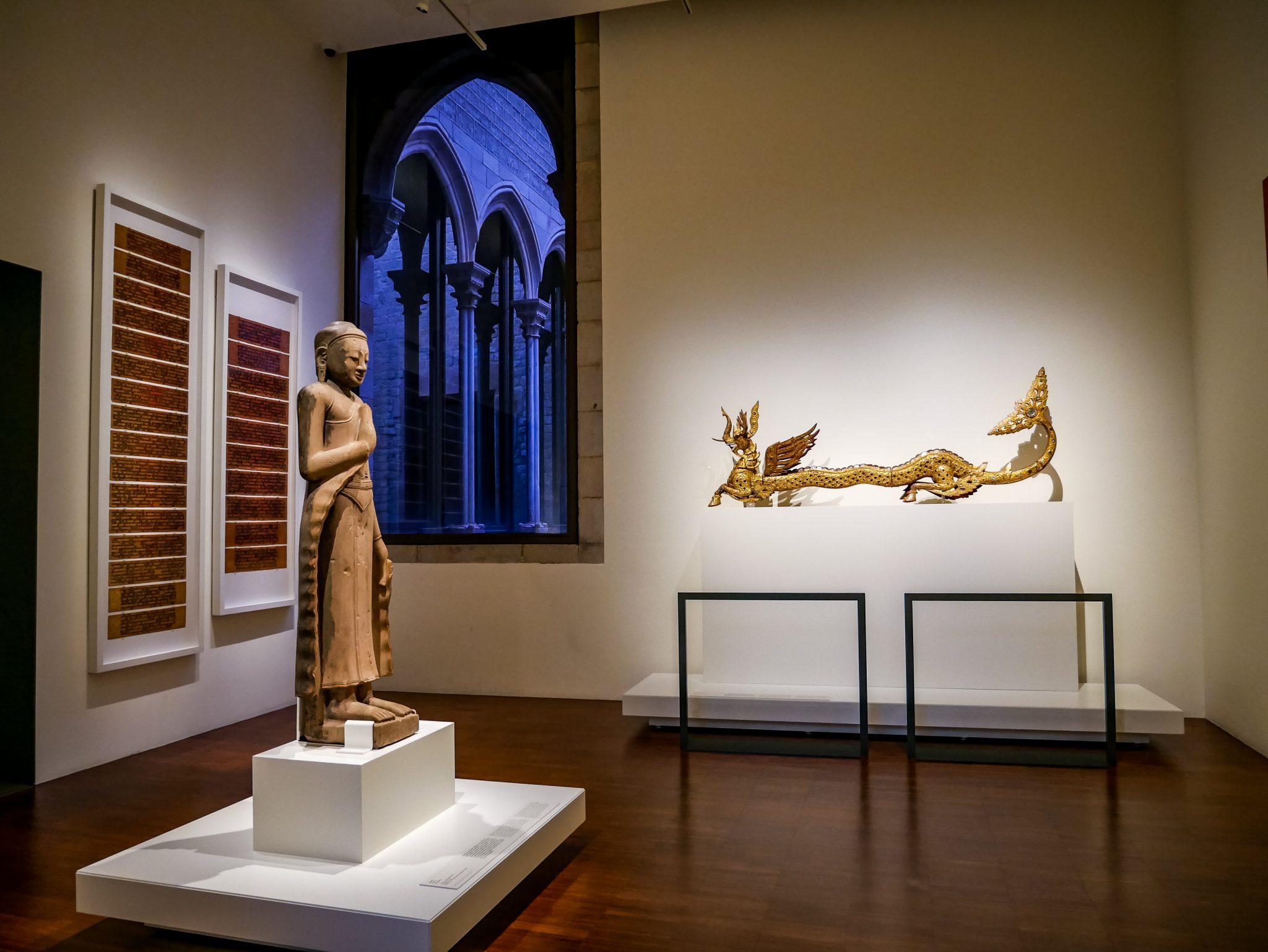 Du solltest auch immer wieder einen Blick nach draußen in den Innenhof des Museu de cultures del món (Weltkulturenmuseum) werfen.