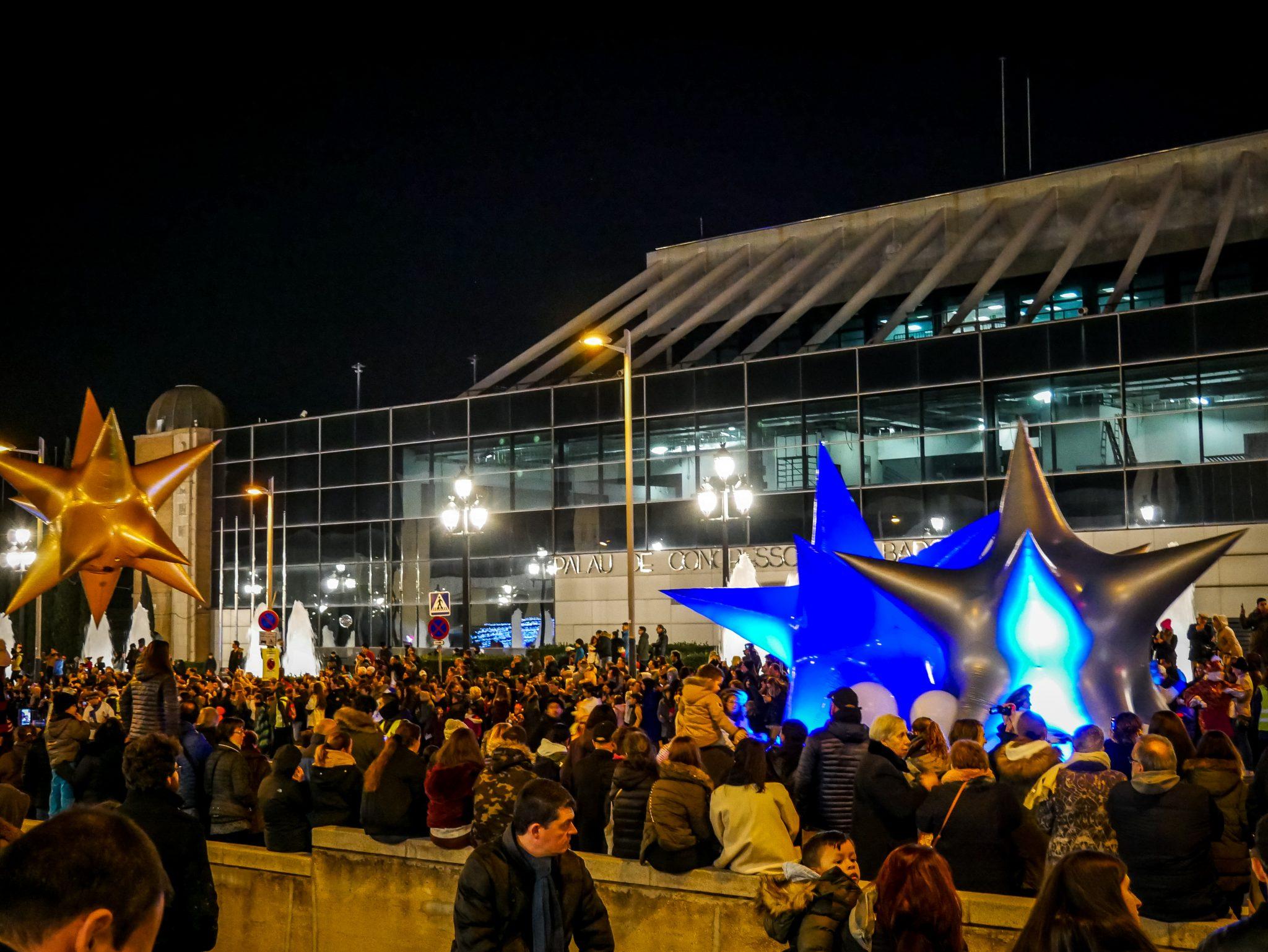 Einen Tag vor dem 6. Januar veranstalten große Städte (wie Barcelona) einen riesigen Umzug, an dem tausende von Menschen teilnehmen und ihn bestaunen.