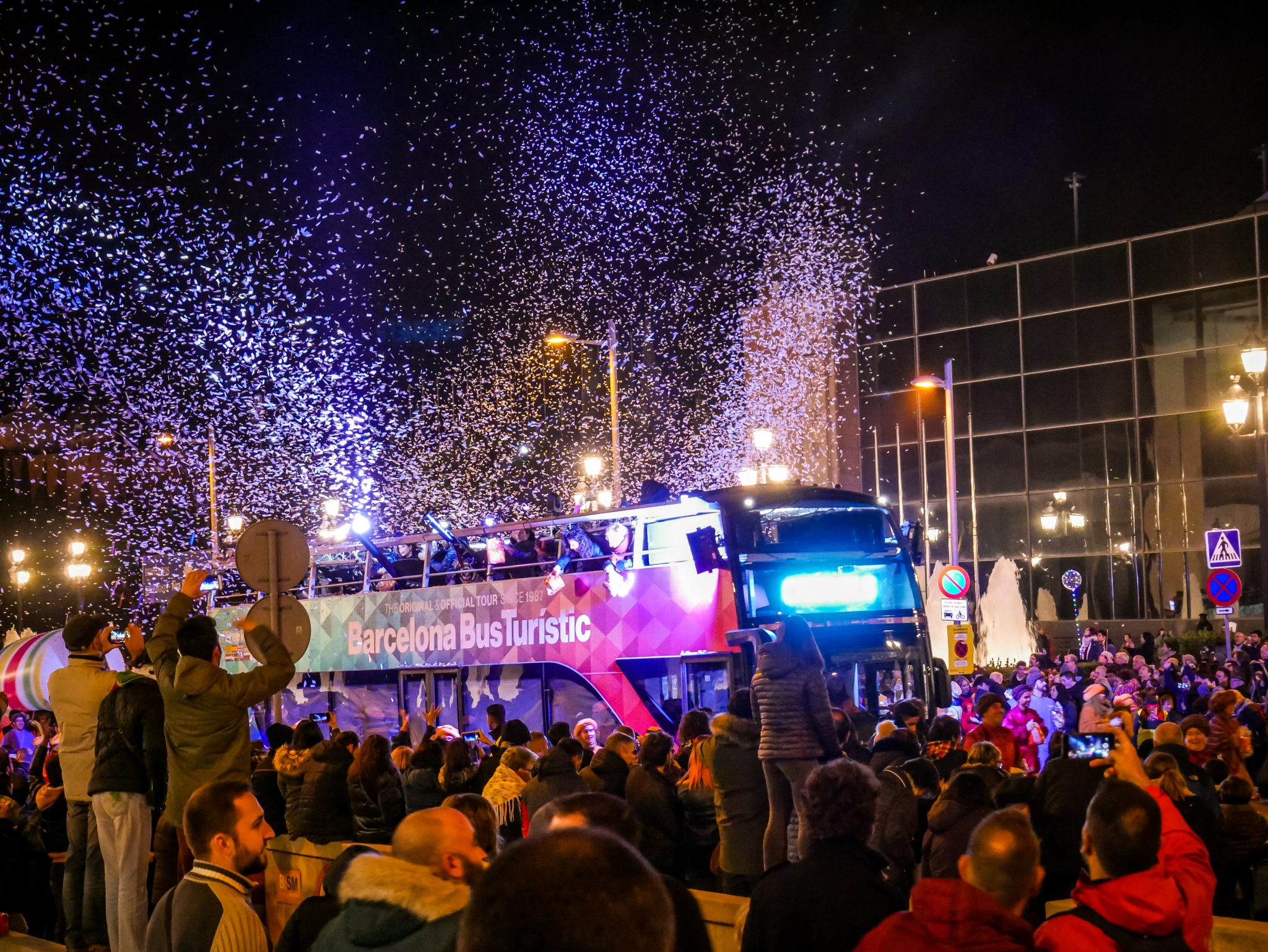Ganz am Ende des Cabalgata de Reyes Magos gibt es eine Süßigkeitenbombe und Schneeregen.