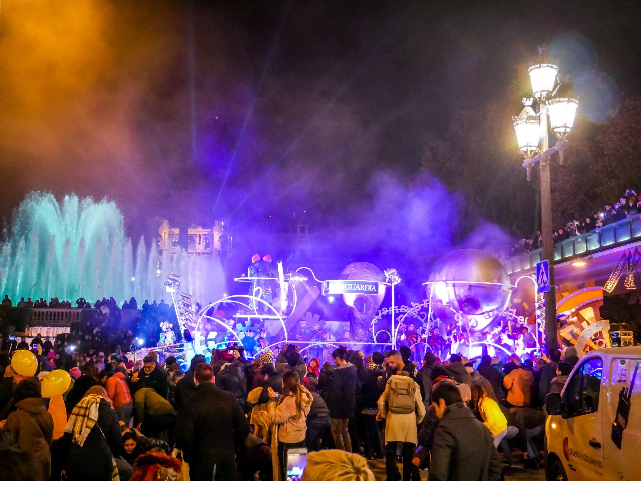 Am Abend des 5. Januar ziehen die Heiligen Drei Könige (Melchor, Gaspar und Baltazar) durch die Städte und werden von riesigen Menschenmengen bestaunt und gefeiert.