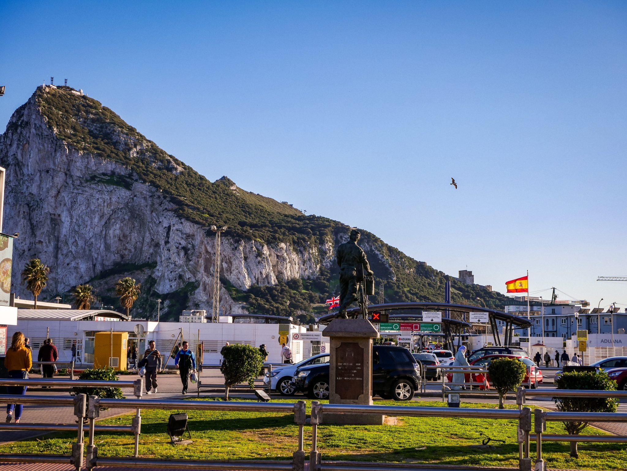 Vergiss dein Ausweisdokument nicht, wenn du nach Gibraltar über die 1,2 km lange Grenze gehst.