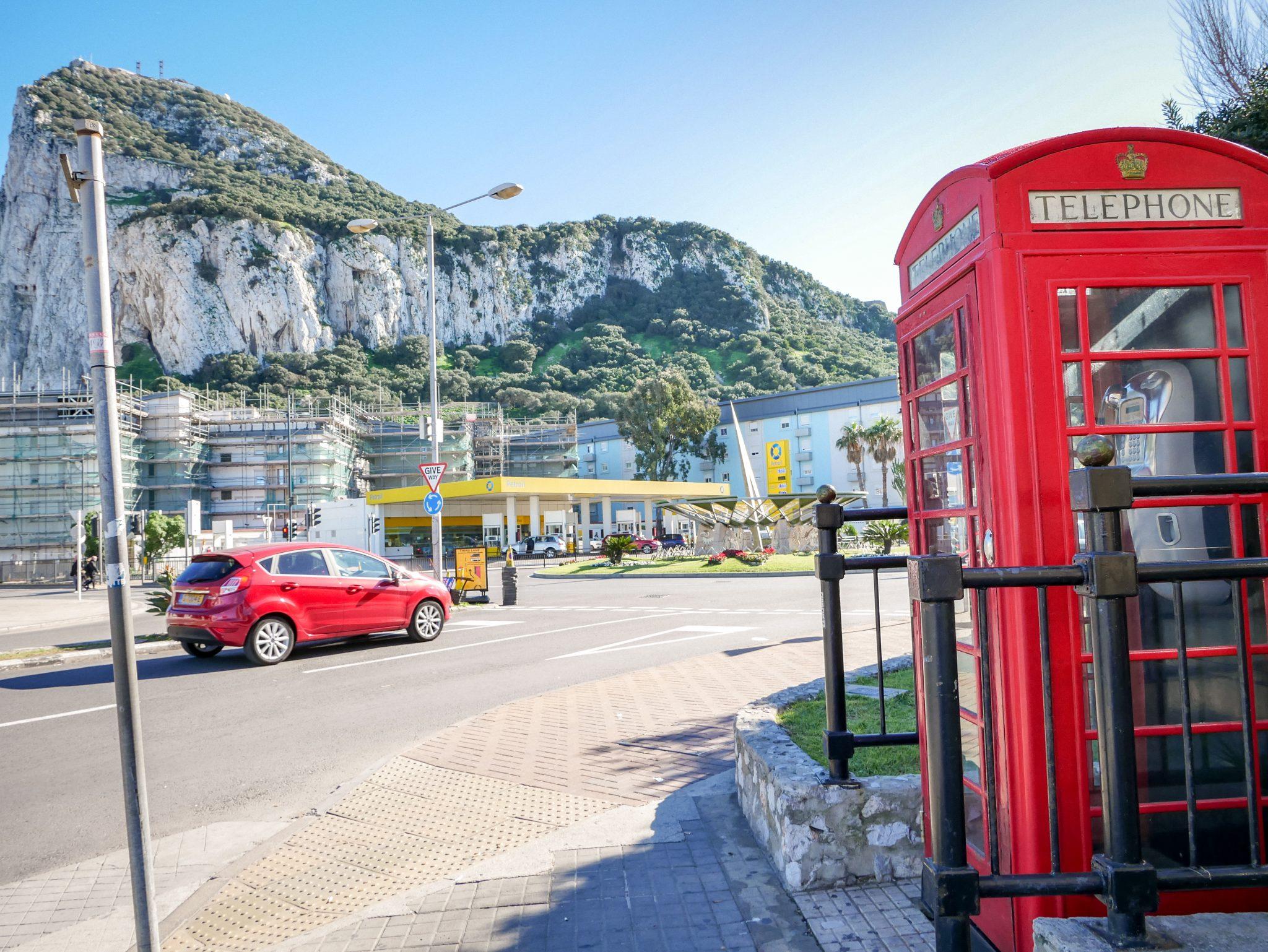 Das Erste, was dir in Gibraltar nach der Grenzüberschreitung begegnet ist eine typisch englische Telefonzelle.