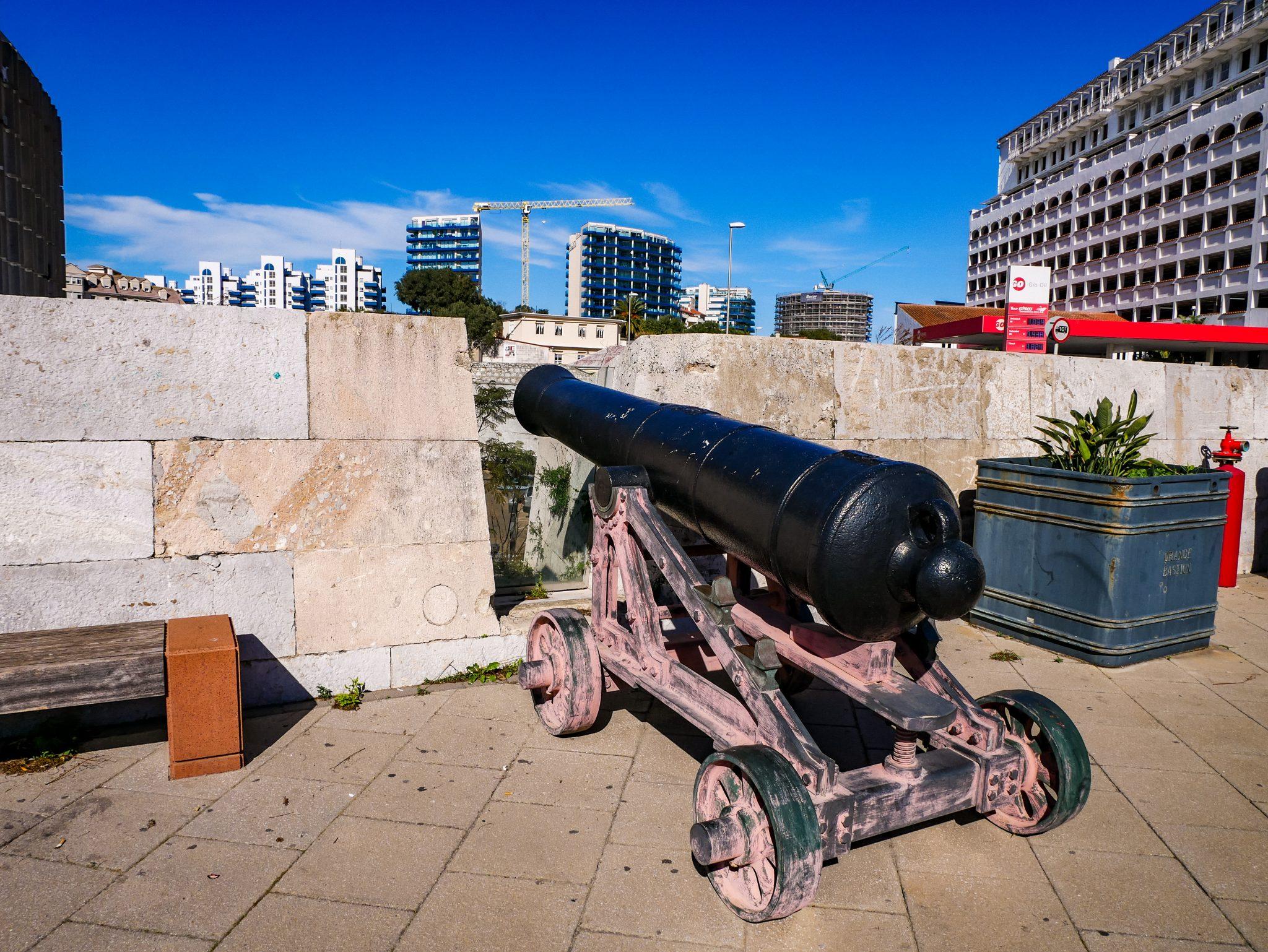 """Durch die Lage am Eingang der Meerenge ist Gibraltar besonders in den beiden Weltkriegen ein strategischer Punkt gewesen und besitzt sehr viele """"Überreste"""" aus den Kriegen."""