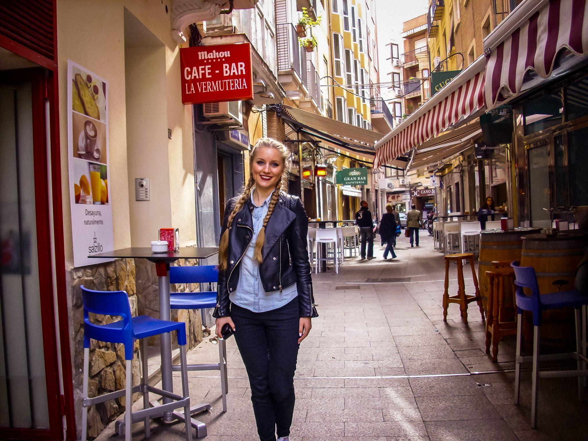 Rund um den Platz hast du eine große Auswahl an allen möglichen Cafés und Restaurants.