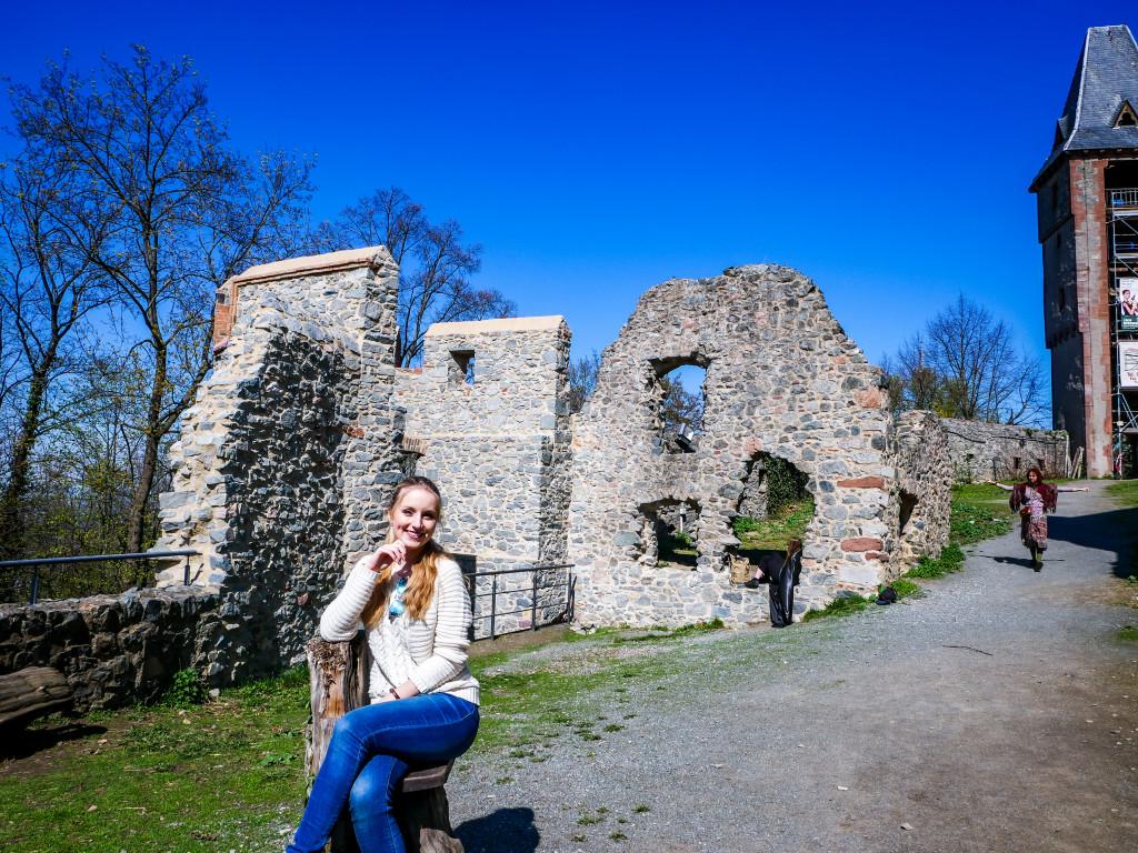 Legt auch manchmal eine Pause ein, es befinden sich auf dem Weg um die Burg immer wieder Baumstämme, welche als Sitze umfunktioniert worden sind.