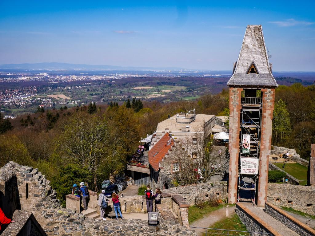 Die Aussicht vom Turm ist herrlich! Bei gutem Wetter kann man bis nach Frankfurt und in den Odenwald blicken (hier: der Blick nach Frankfurt)