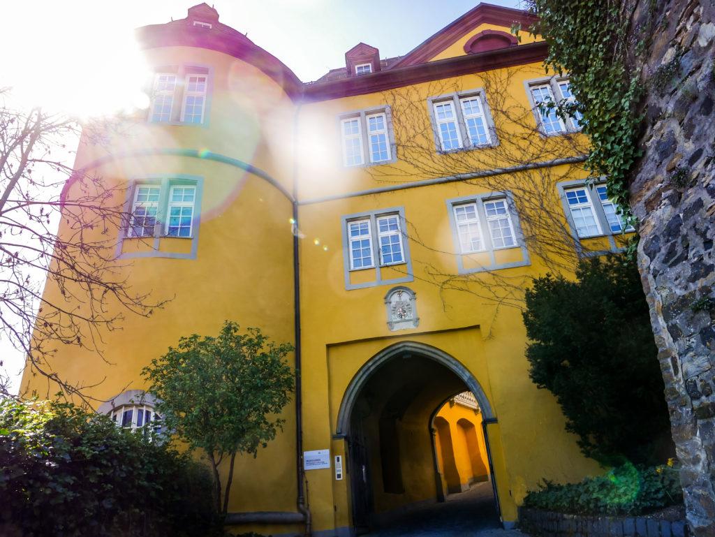 Hier geht man in das Schloss Montabaur hinein.
