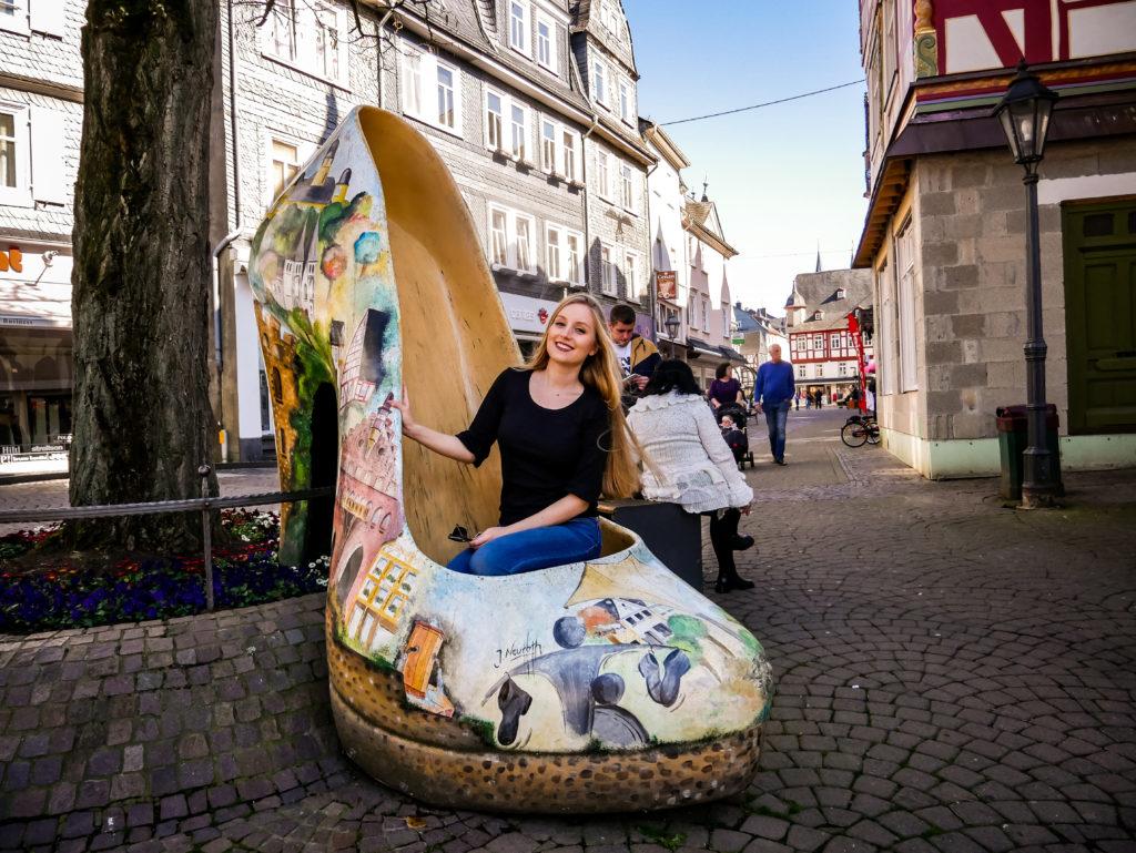 Auf dem gigantischen Schuh sind die Hauptsehenswürdigkeiten der schnuckeligen Stadt Montabaur abgebildet.