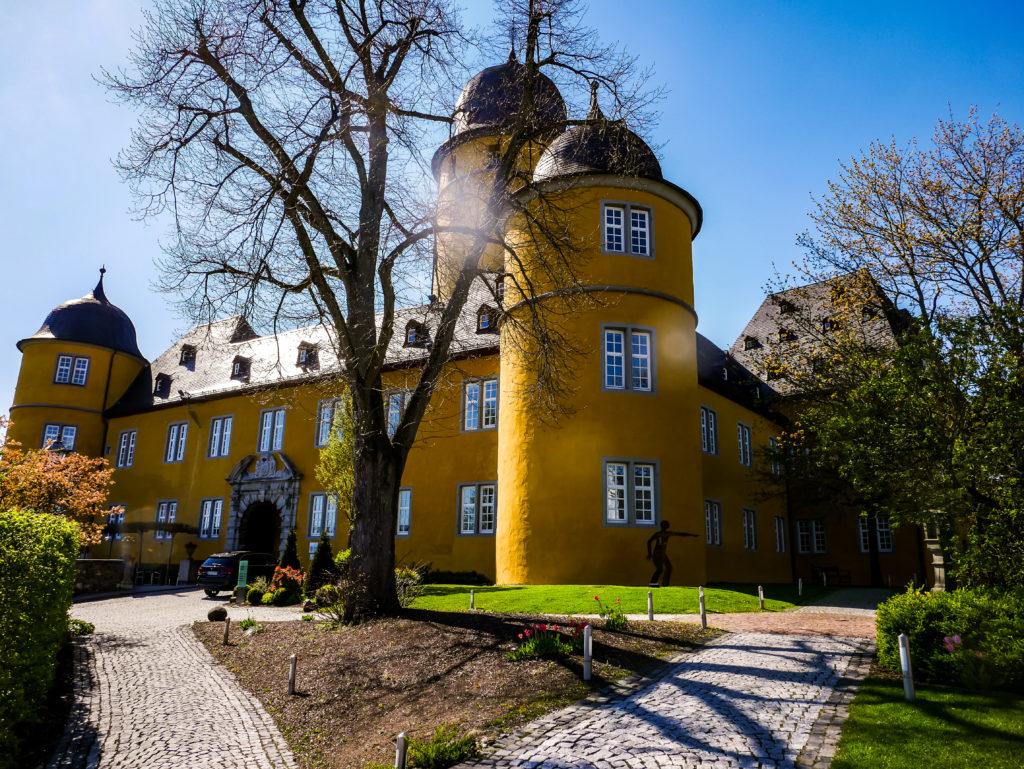 Von der Autobahn kann man das Schloss Montabaur durch die strahlende gelbe Farbe sehr gut erkennen.