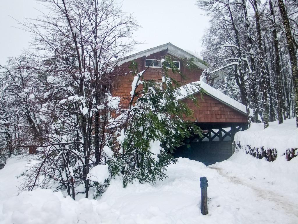 Das ist die Seiten-/Rückansicht vom Haus der Deutschen Schule Osorno in Antillanca.
