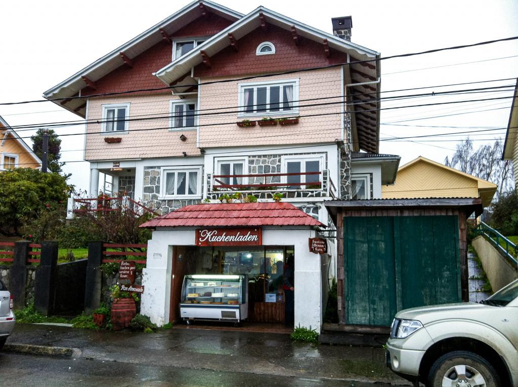 """Die Kleinstadt Frutillar in Chile ist eine sehr deutsch geprägte Stadt. So findet man, wie hier auf dem Bild einen """"Kuchenladen""""."""