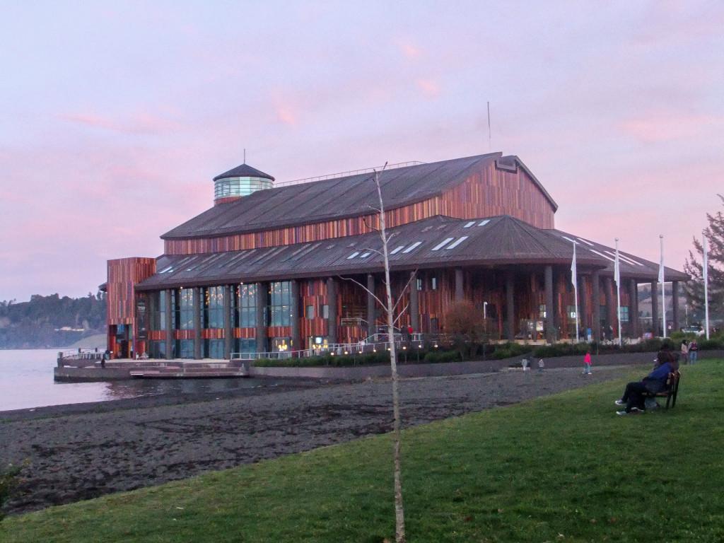 "Das Teatro del Lago in Frutillar ""schwimmt"" auf dem See (Lago Llanquihue)"