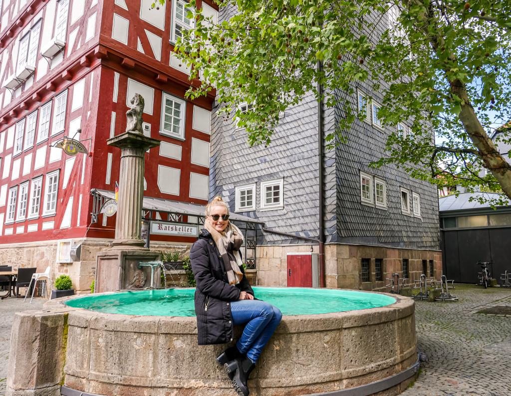 Überall in der Altstadt von Melsungen befinden sich diese wunderschönen großen Brunnen, wie hier am Ratskeller.