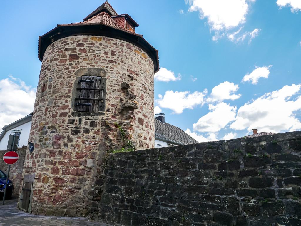 """Im Jahre 1668 wurde in diesem Hexenturm die letzte """"Hexe"""" eingesperrt. Reste der früheren Stadtmauer sind dort immer noch vorhanden."""