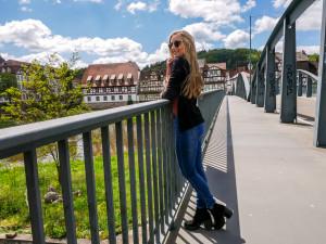 Die Aussicht von der alten Fuldabrücke auf den kleinen Mini-Wasserfall ist herrlich.