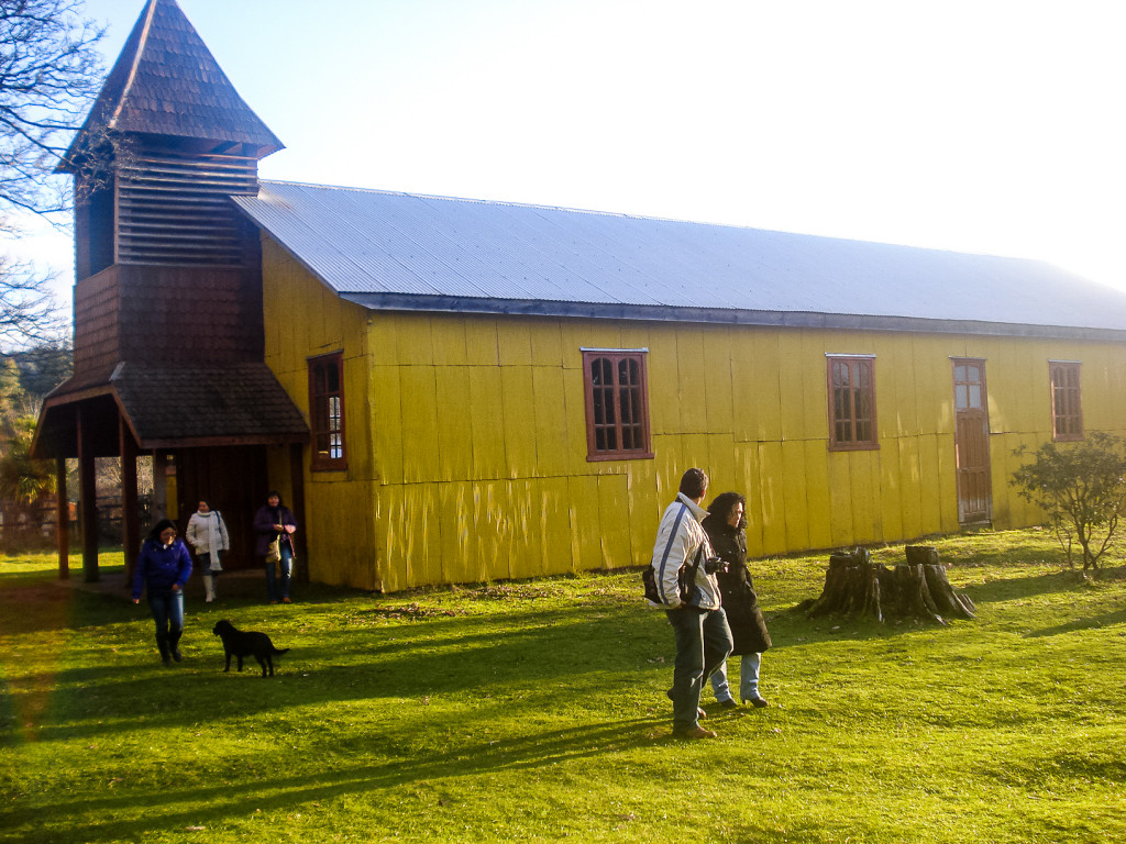 Auch haben wir beim Bootsausflug eine sehr alte Kirche besuchen können. Sie ist komplett aus Holz gebaut und steht gegenüber vom ca. 500 - 700 Jahre alten Baum.