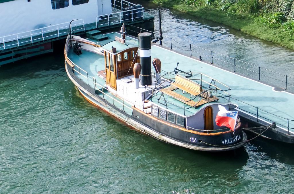 Mit ungefähr so einem Boot sind wir auch gefahren.