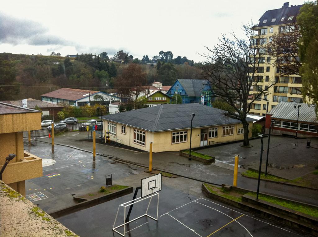 Das ist der Schulhof der Deutschen Schule in Osorno. Das Gebäude in der Mitte ist die Bibliothek.