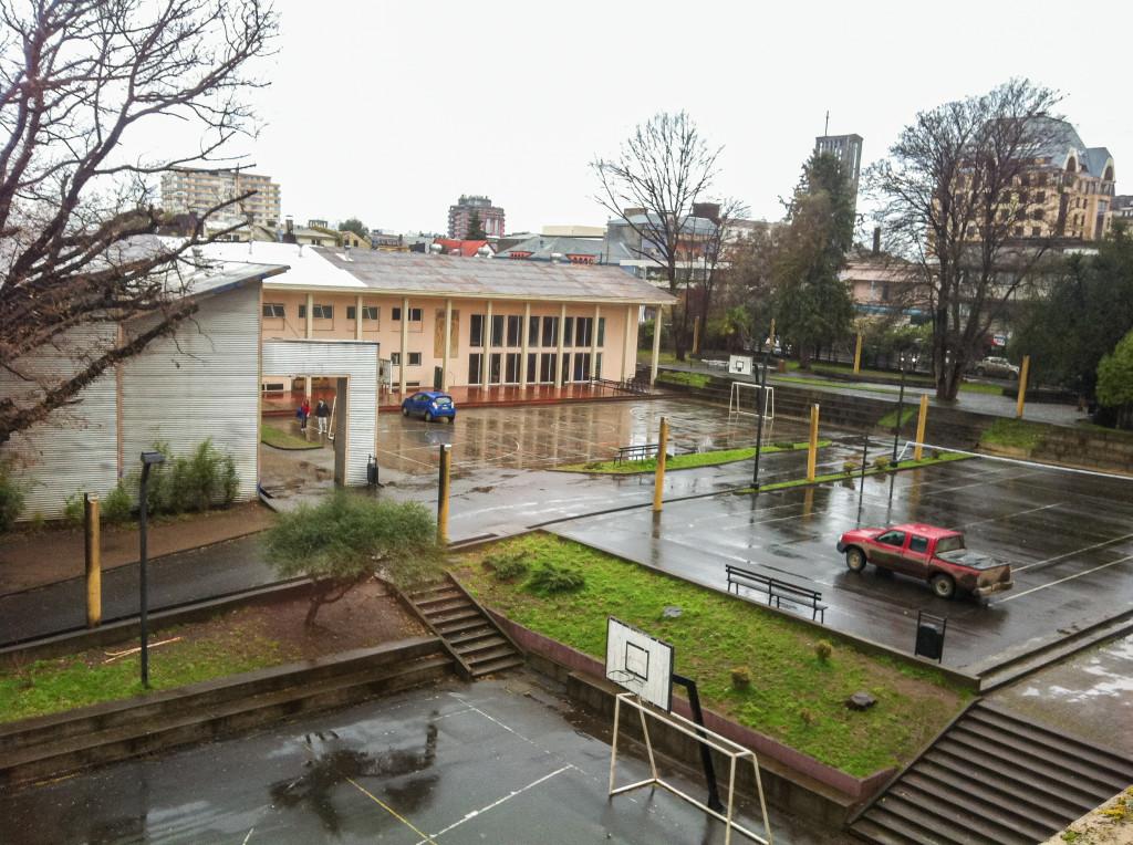 Das ist die rechte Seite des Schulhofs der Deutschen Schule in Osorno. Das Gebäude ganz hinten ist das Schwimmbad mit angrenzender Sporthalle.