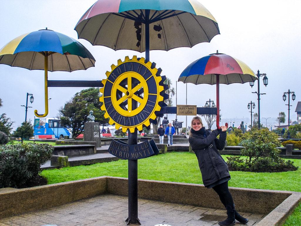 Als wir Puerto Montt besucht haben, hat es leider geregnet, da sind uns diese Deko-Regenschirme herzlich Willkommen gewesen.