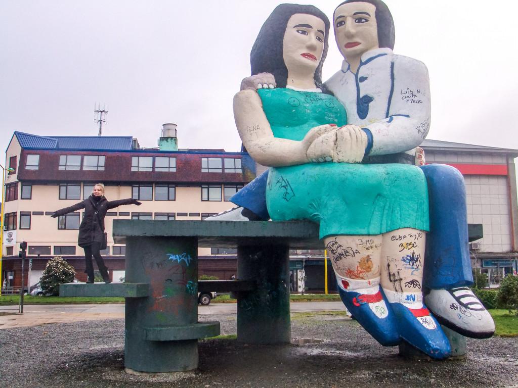 """Diese beiden Figuren (""""Sentados Frente al Mar"""") hat man auf jeder Postkarte aus Puerto Montt wiederfinden können."""