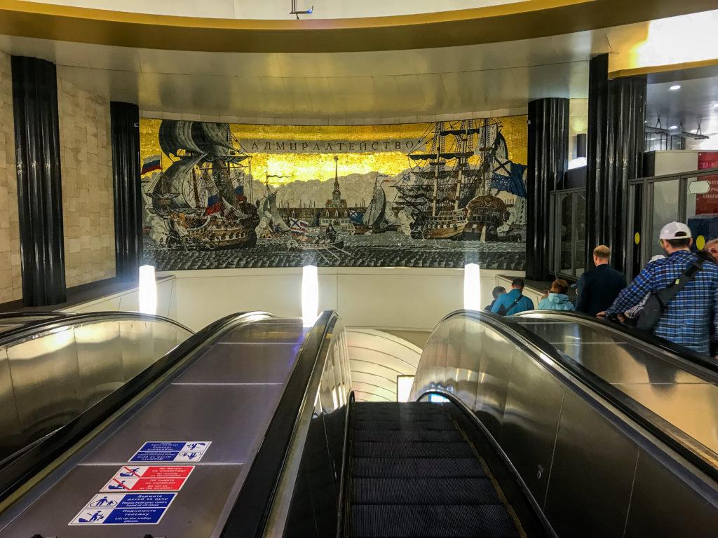 """Bereits am Eingang der Metro-Station """"Admiralteyskaya (Адмиралте́йская)"""" kann man ein Kunstwerk bestaunen."""