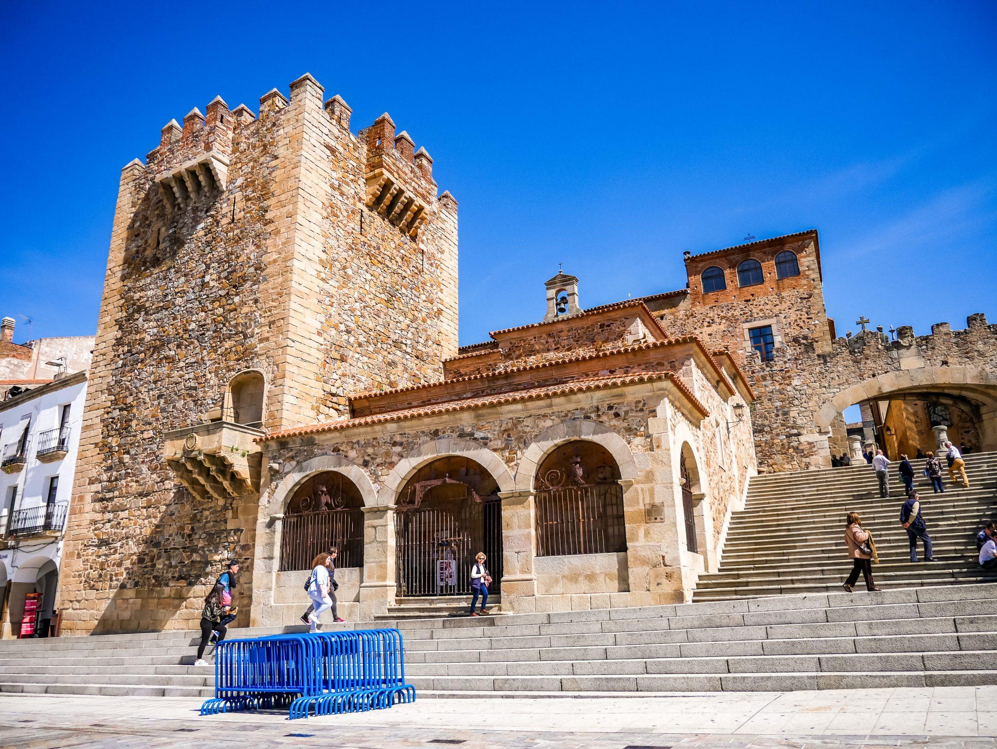 Dies ist einer der Eingänge zur historischen Altstadt von Cáceres.