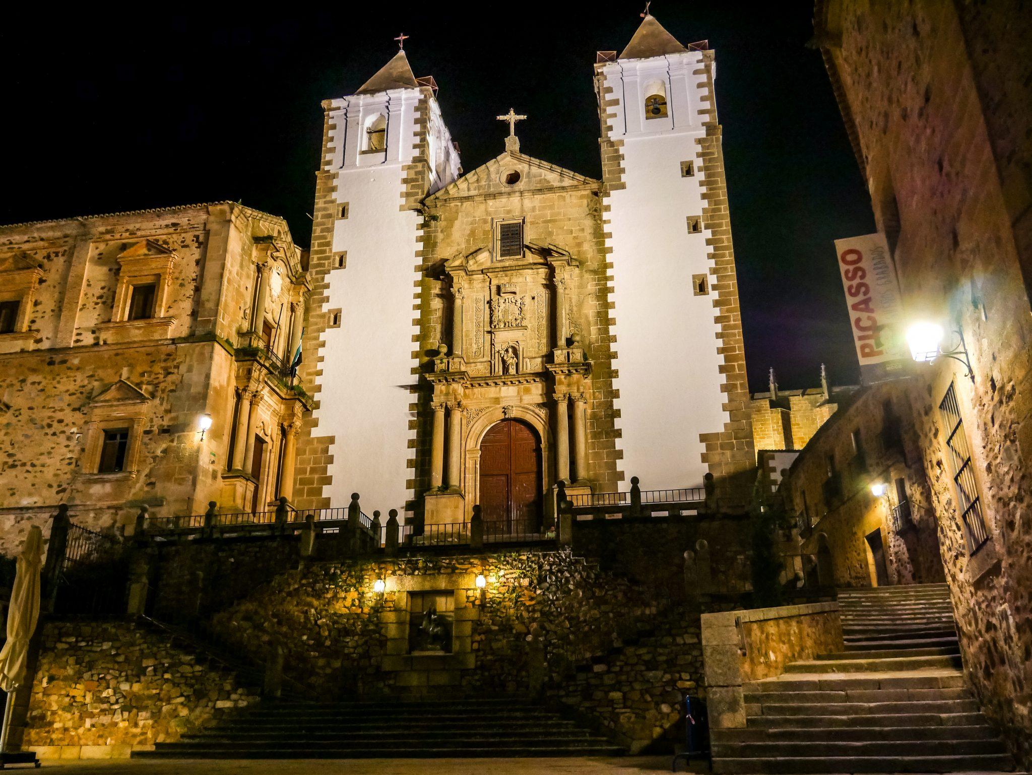 Besonders bei Nacht ist die Altstadt wie leergefegt. Hier: Platz vor der Iglesia de San Francisco Javier in Cáceres