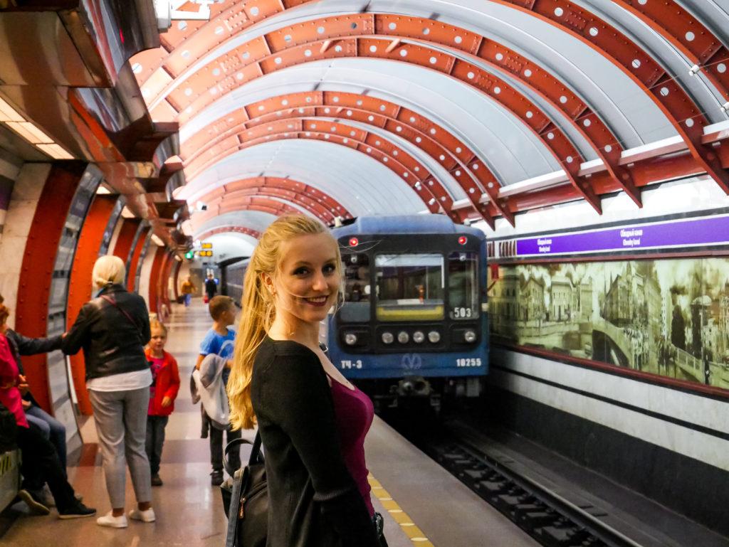 """Die blauen Züge passen so gut zu dem Rot in der Metro-Station """"Obvodny Kanal"""""""